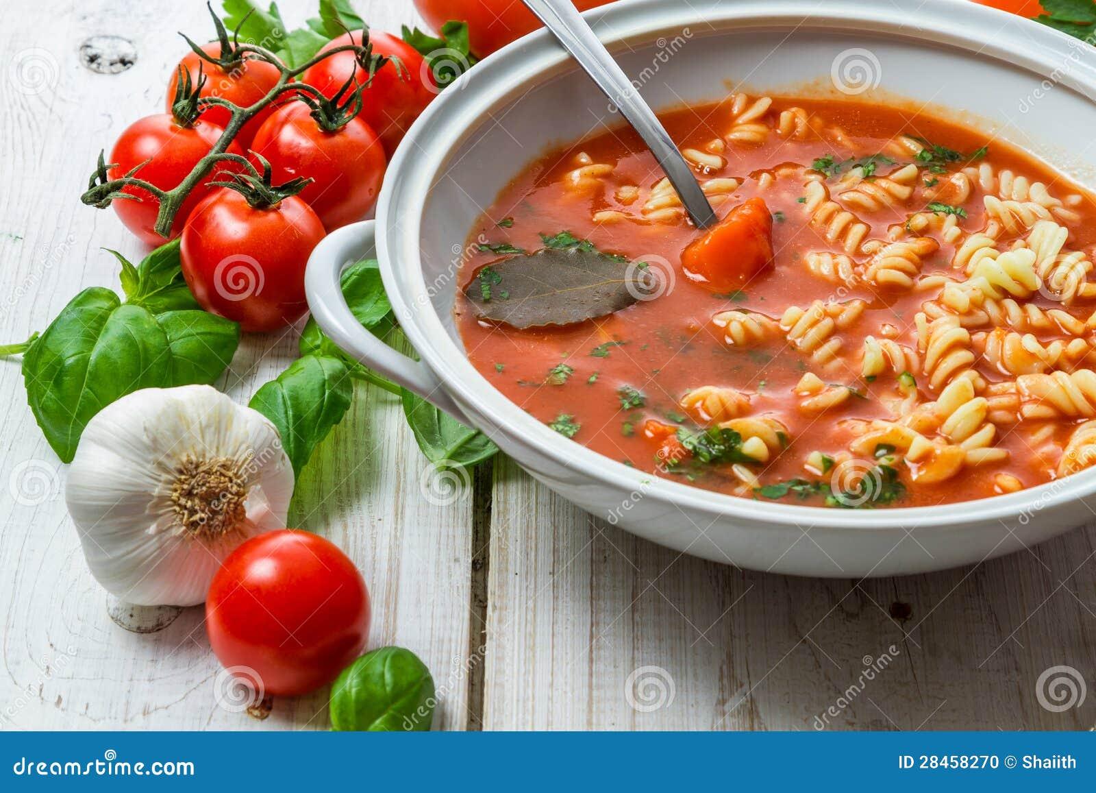 蕃茄汤用大蒜和蓬蒿