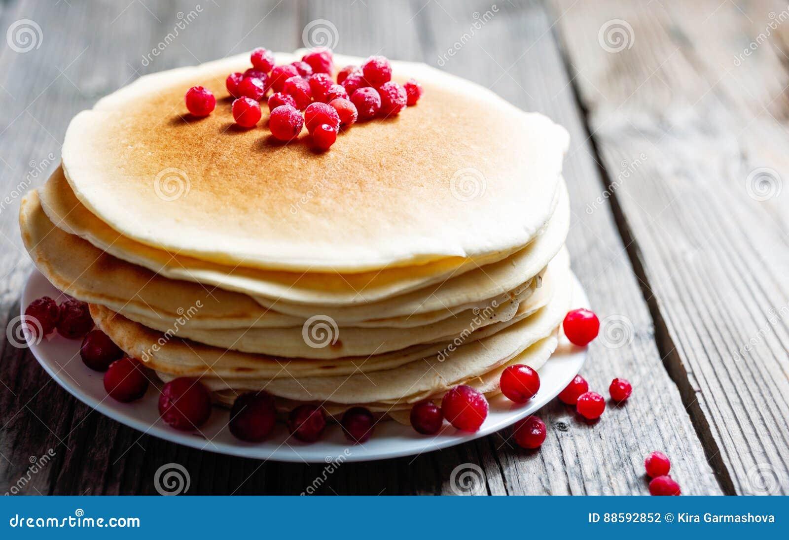 薄煎饼用新鲜的莓果 蔓越桔,越橘 早餐美食