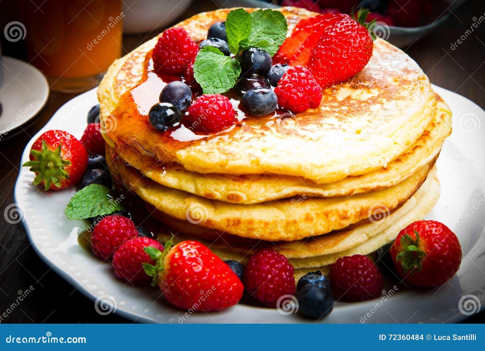 薄煎饼用莓果和枫蜜