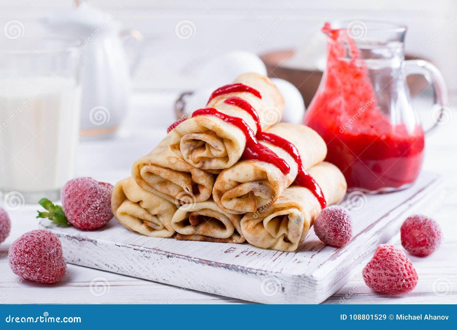 薄煎饼用酸奶干酪和果酱填装了早餐