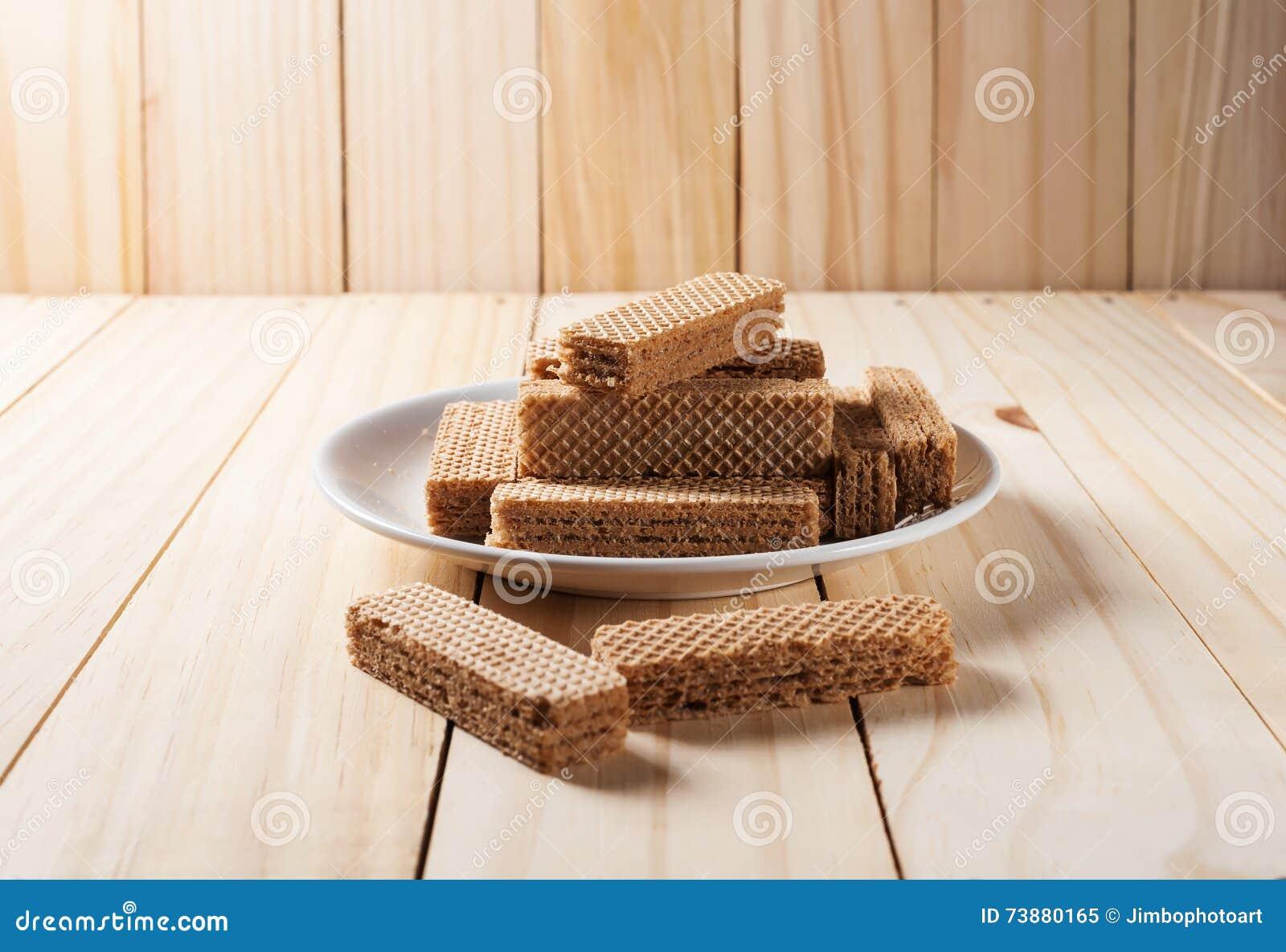 薄酥饼用在白色板材的巧克力