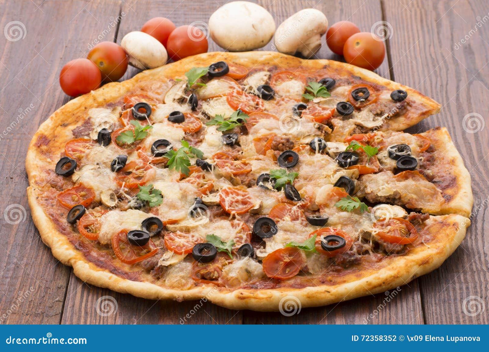 薄饼用火腿、胡椒和橄榄