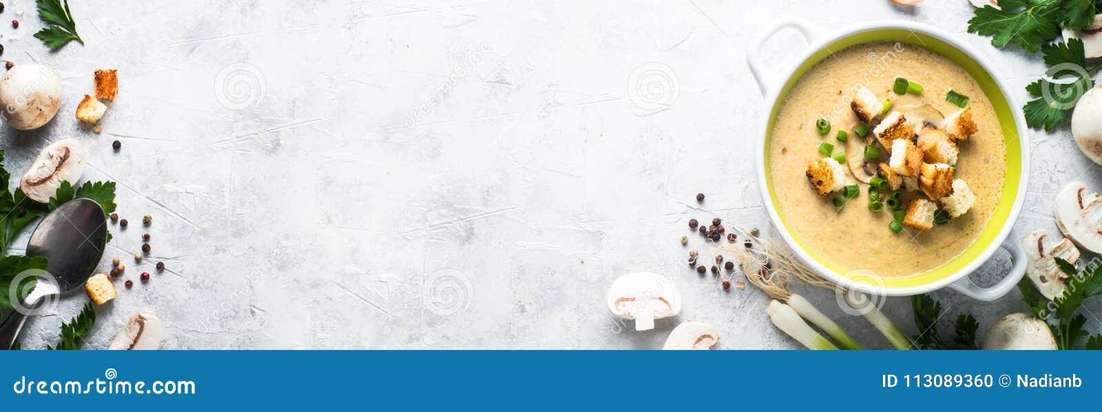 蘑菇汤纯汁浓汤用油煎方型小面包片