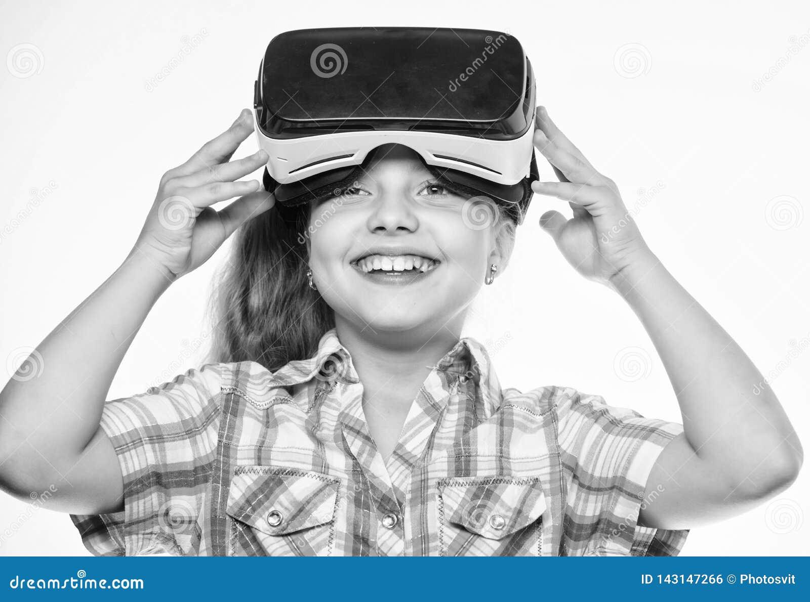 虚拟现实概念 学校学生的真正教育 愉快的孩子用途现代技术虚拟现实 获得