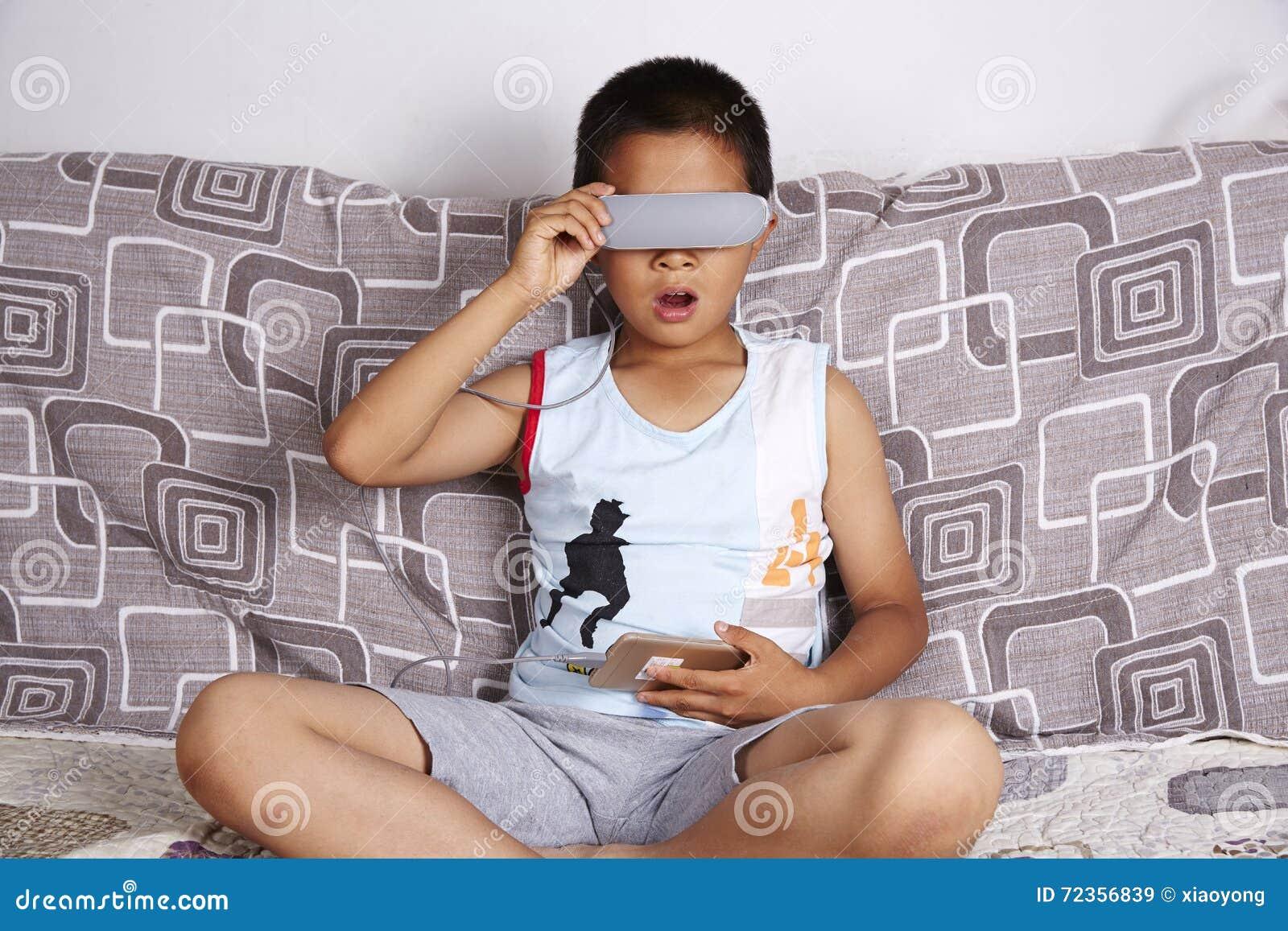 戴虚拟现实眼镜的男孩