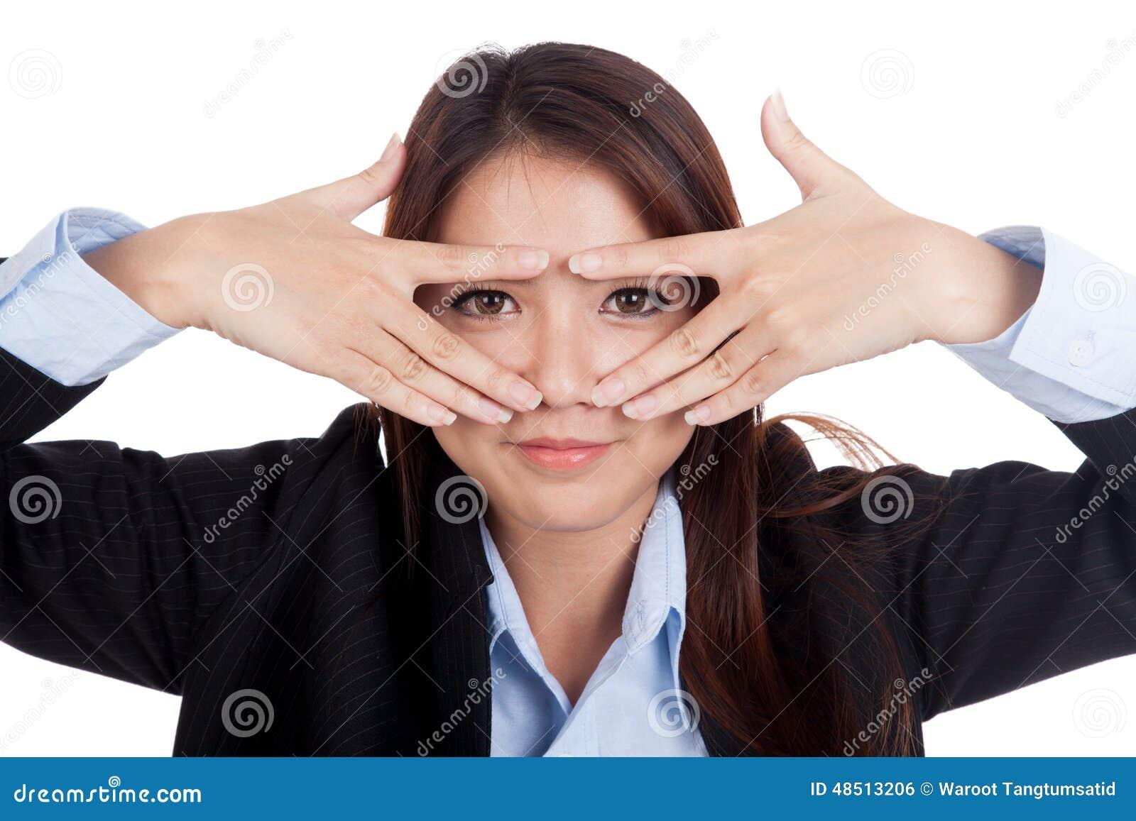 亚洲偷看影院_虽则偷看她的手指的年轻亚洲女实业家微笑
