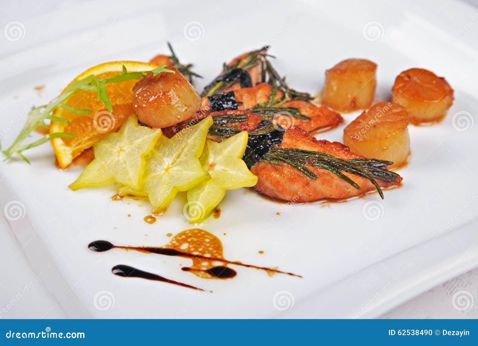 虾、三文鱼用桔子和香料