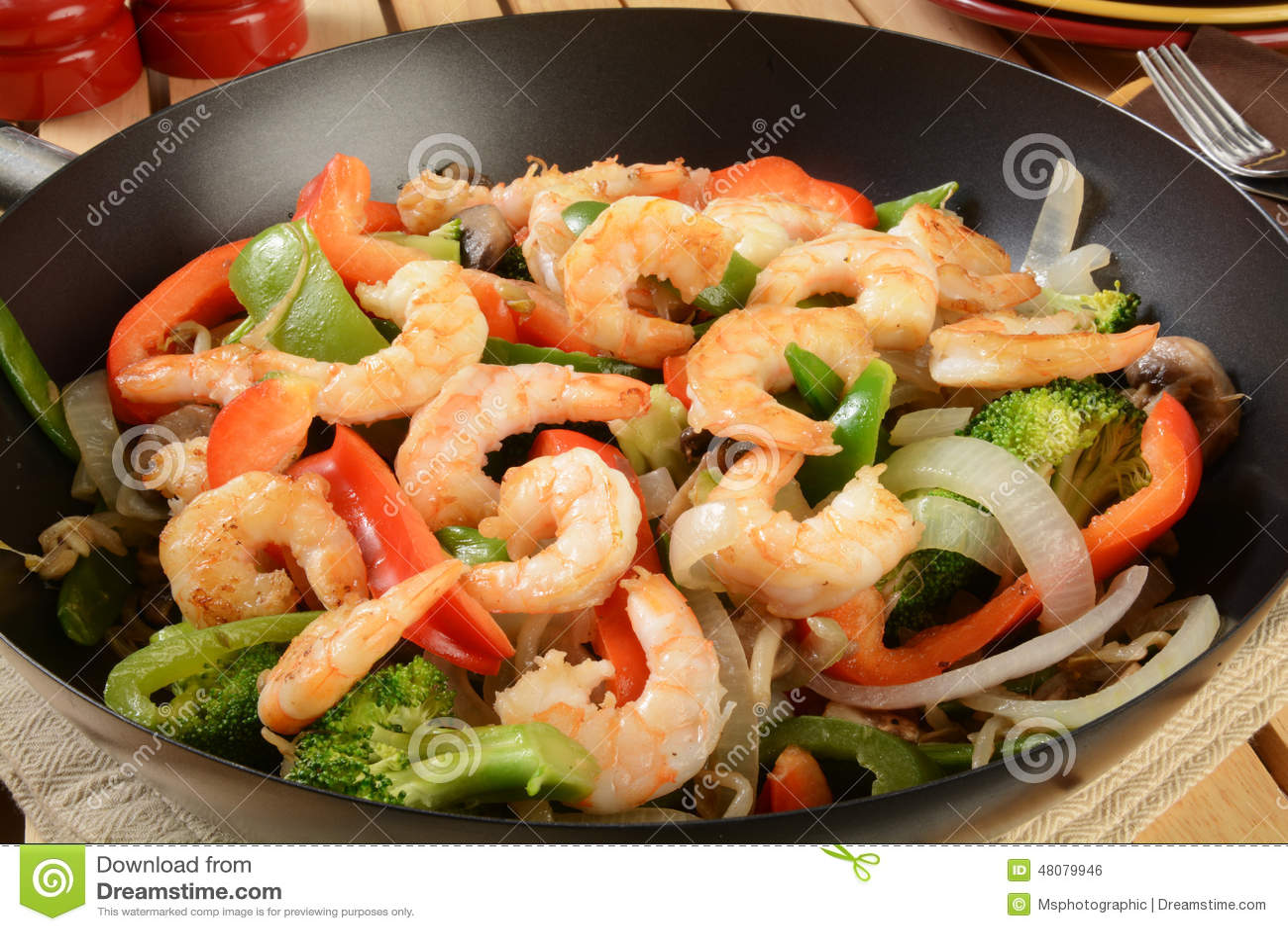 虾在铁锅的混乱油炸物