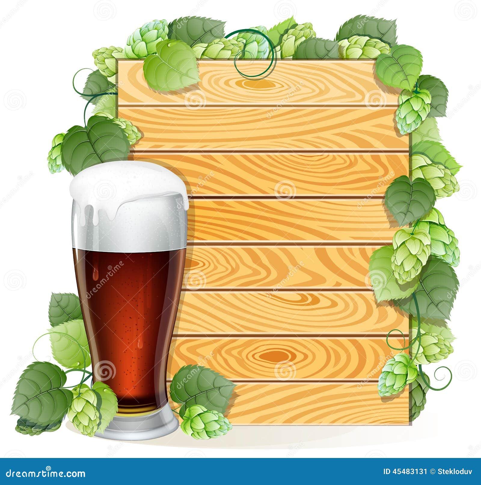 蛇麻草分支和在木背景的啤酒杯