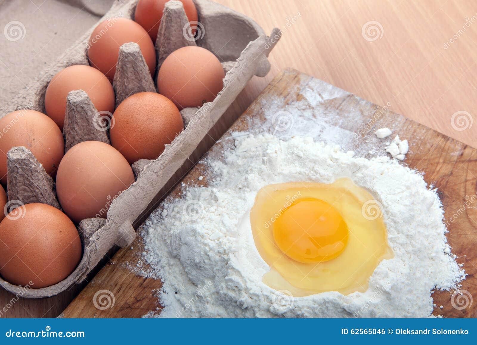 蛋白和卵黄质在地板在厨房用桌上