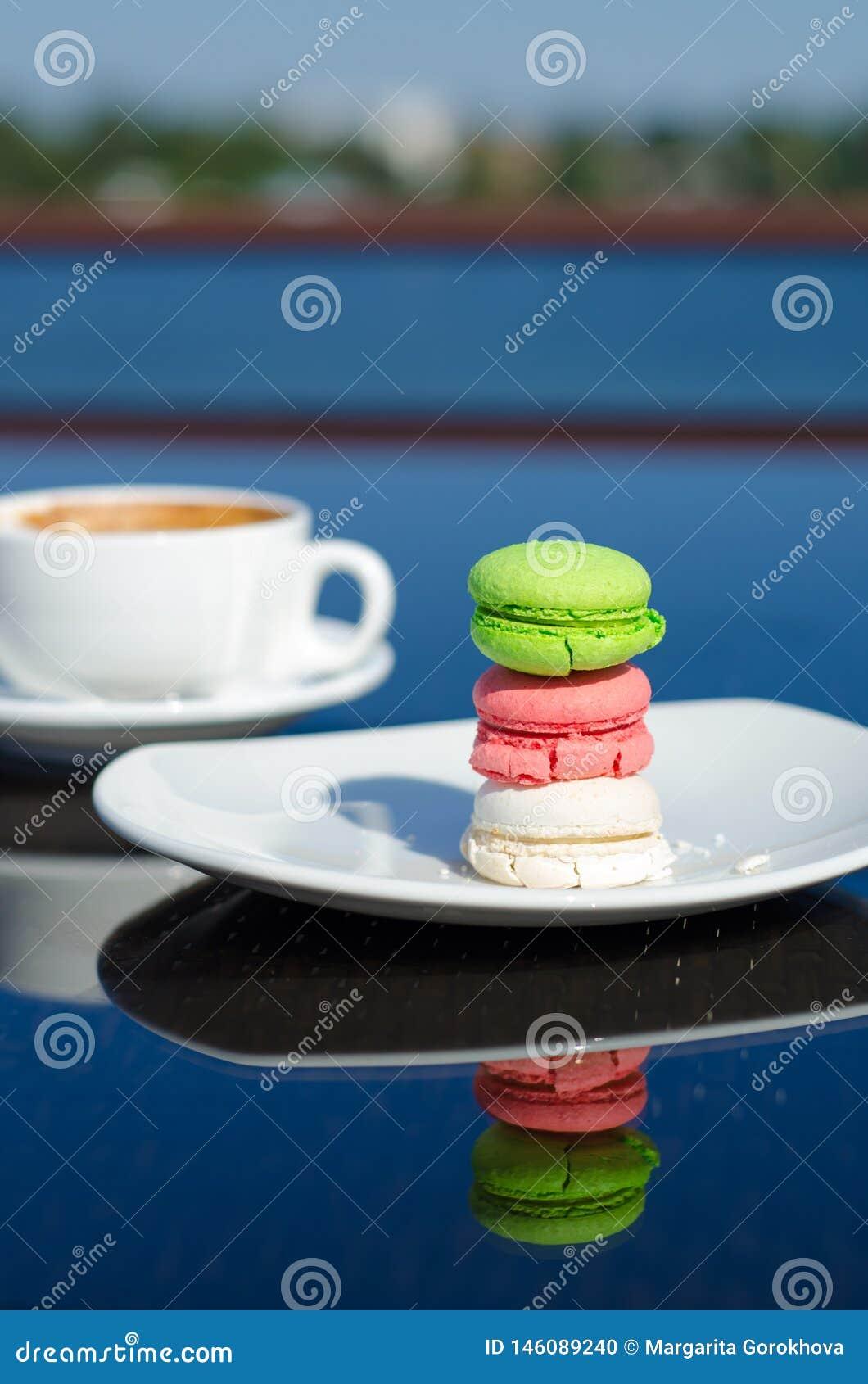 蛋白杏仁饼干点心和咖啡在桌上