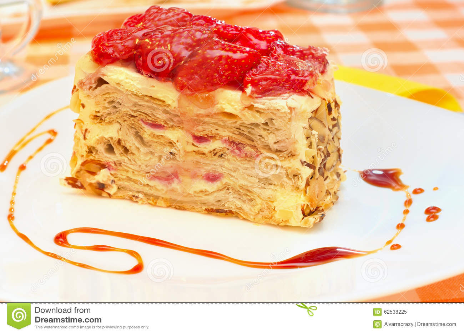 蛋糕拿破仑用在板材的草莓