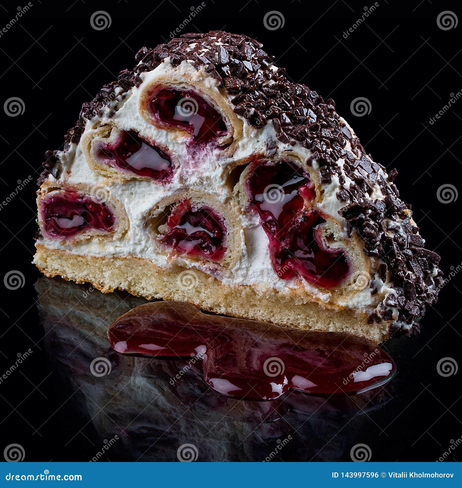 蛋糕用在奶油乳脂状的奶油甜点的樱桃