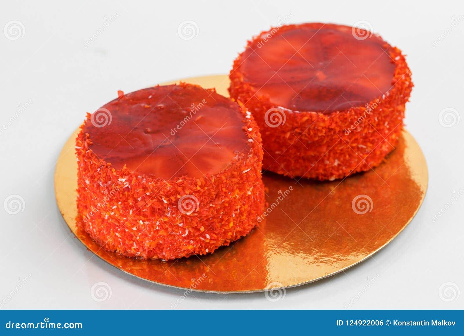 蛋糕 分层堆积与乳脂状的奶油的松糕在板材 甜食物和点心 关闭