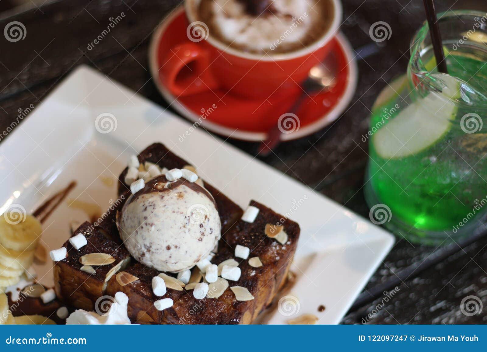 蜂蜜桑托斯和冰淇凌和咖啡和苹果计算机苏打和意大利苏打和香蕉和蛋白软糖和巧克力汁和上等咖啡Cof
