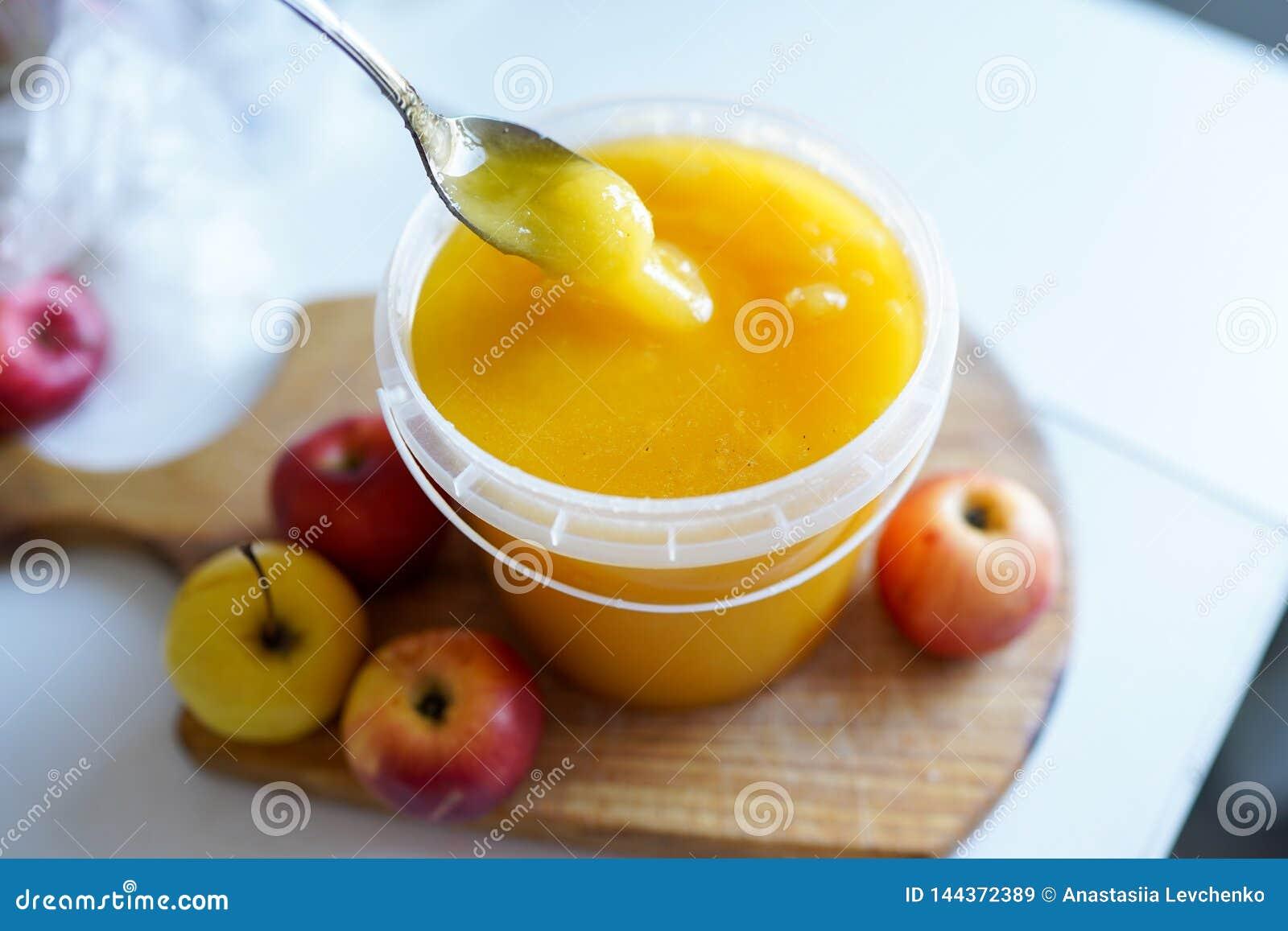 蜂蜜用在木板的苹果在轻的bakground 健康鲜美食物
