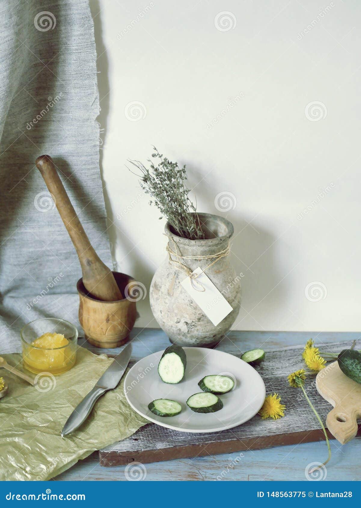 蜂蜜,菜,在桌上的蒲公英花,烹调健康食品