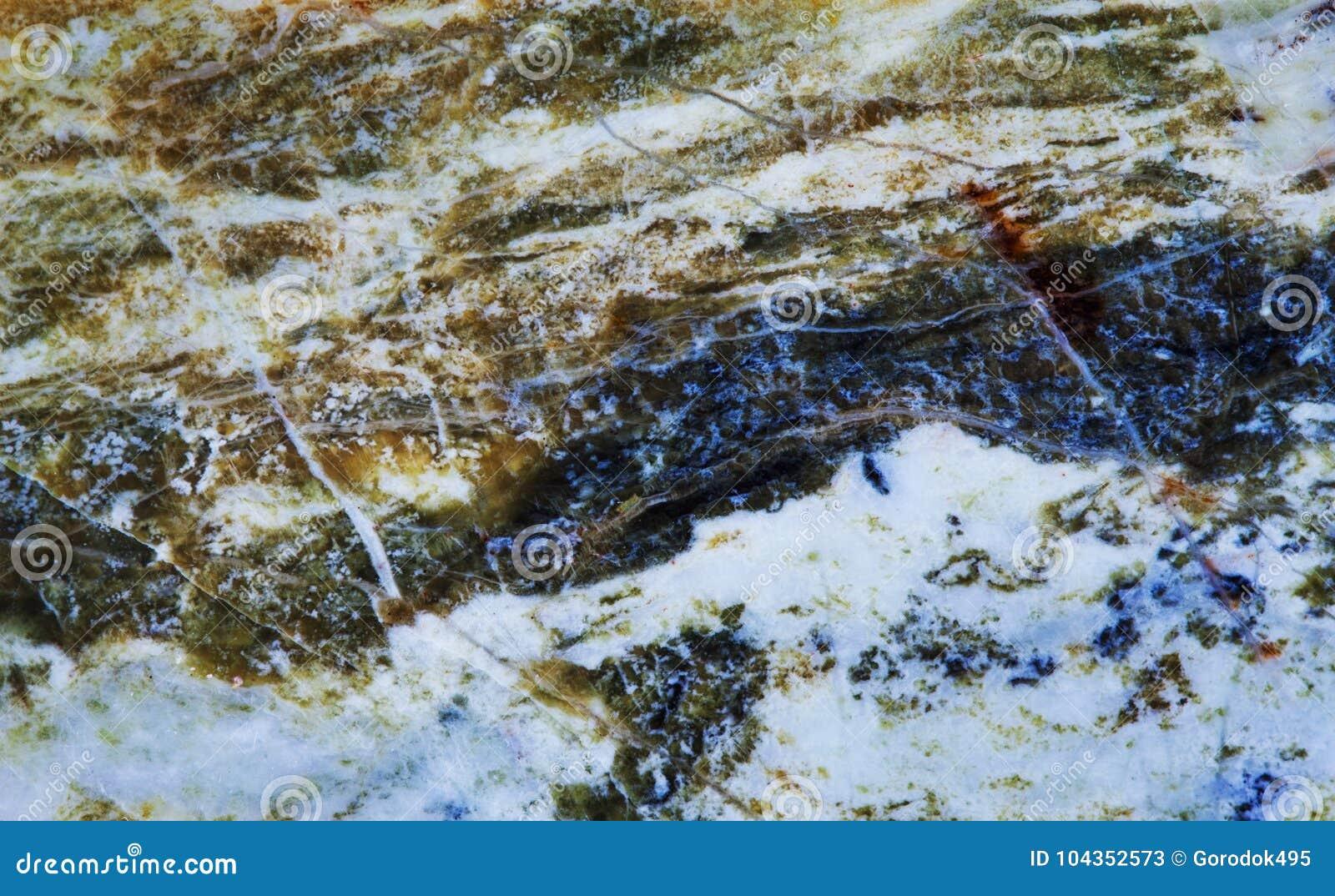 蜒蜒小群矿物石宏观景色 绿色褐色颜色多形体石棉宝石背景