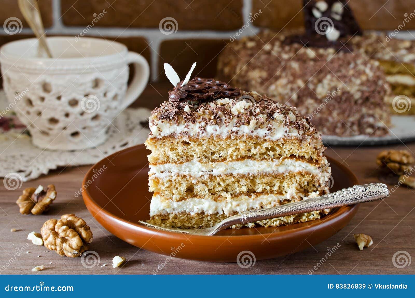 蜜糕用核桃和被磨碎的巧克力