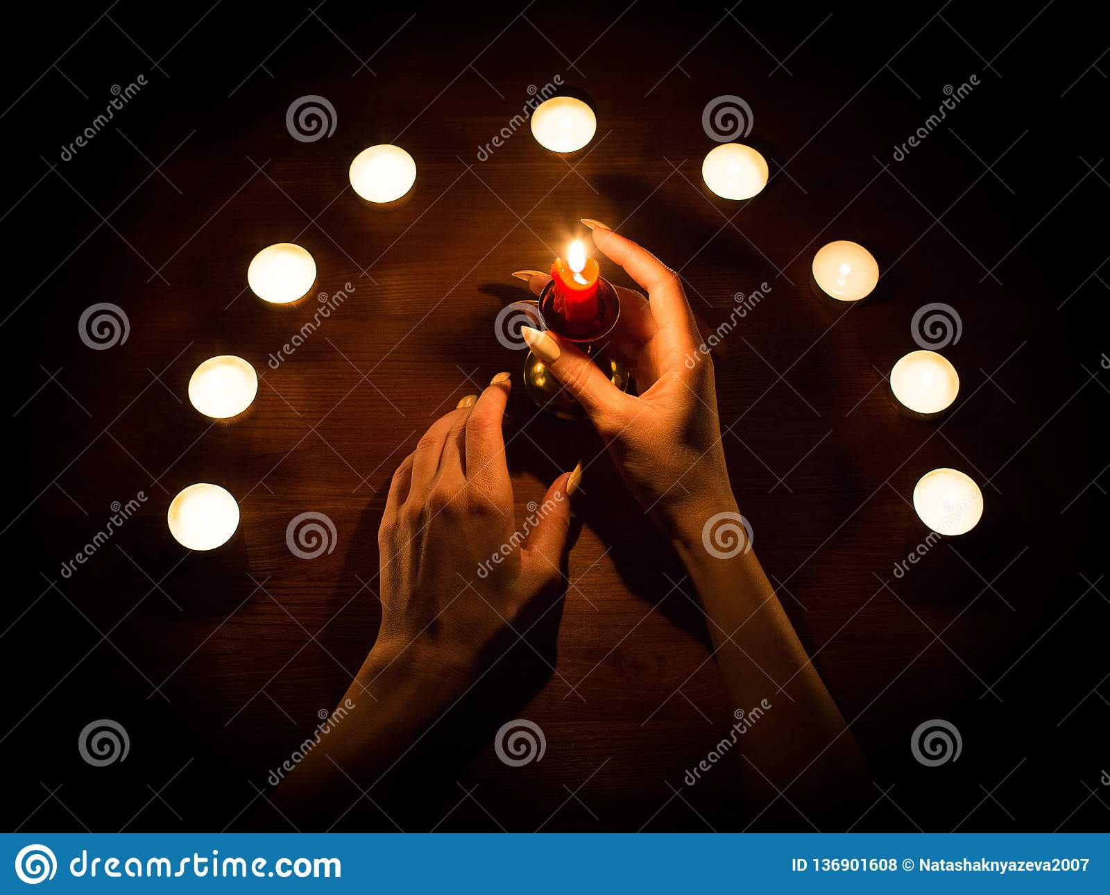 蜡烛和女性手有锋利的钉子的 占卜和巫术,低调