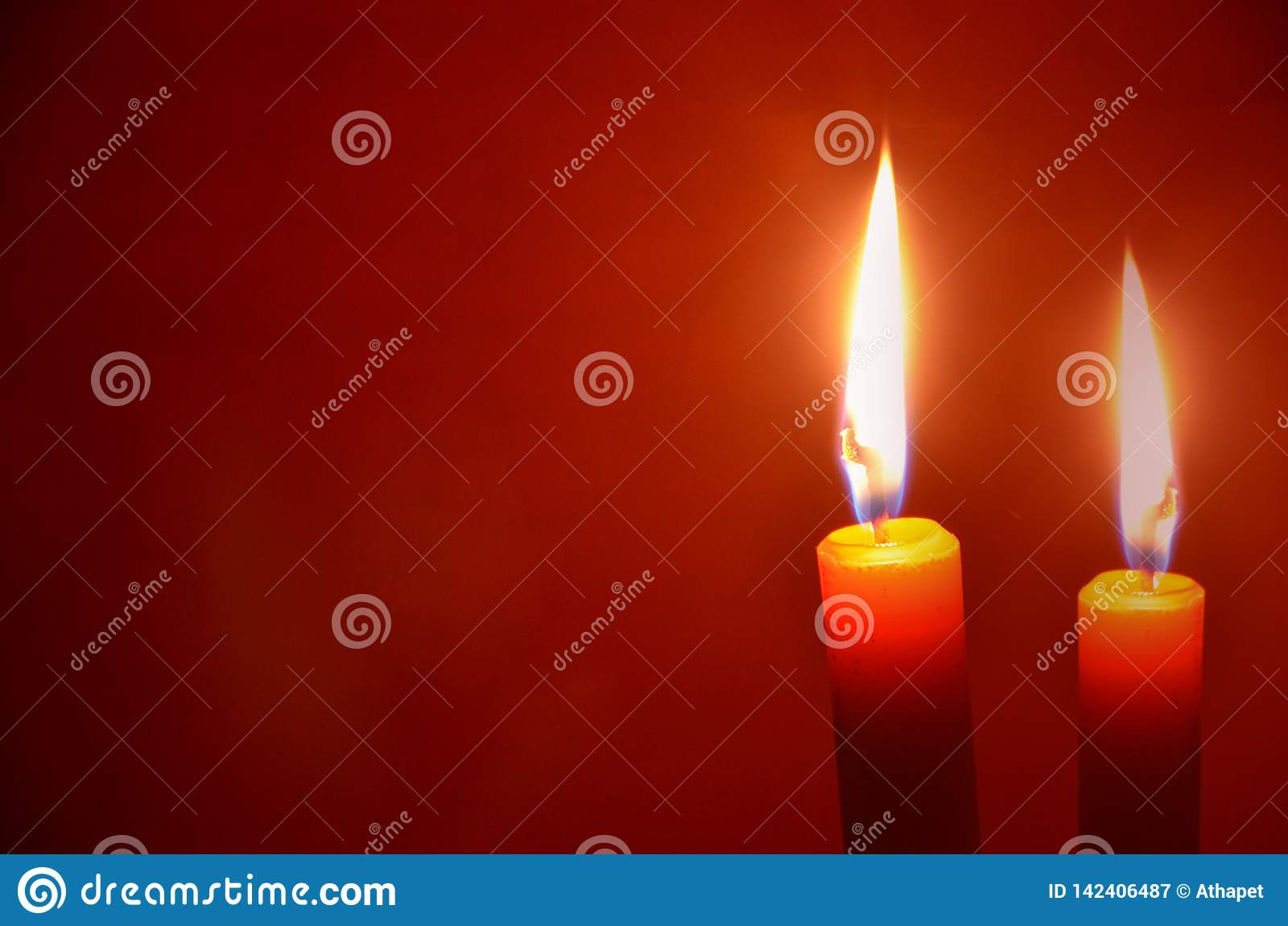 蜡蜡烛美好的光在红色黑地面的