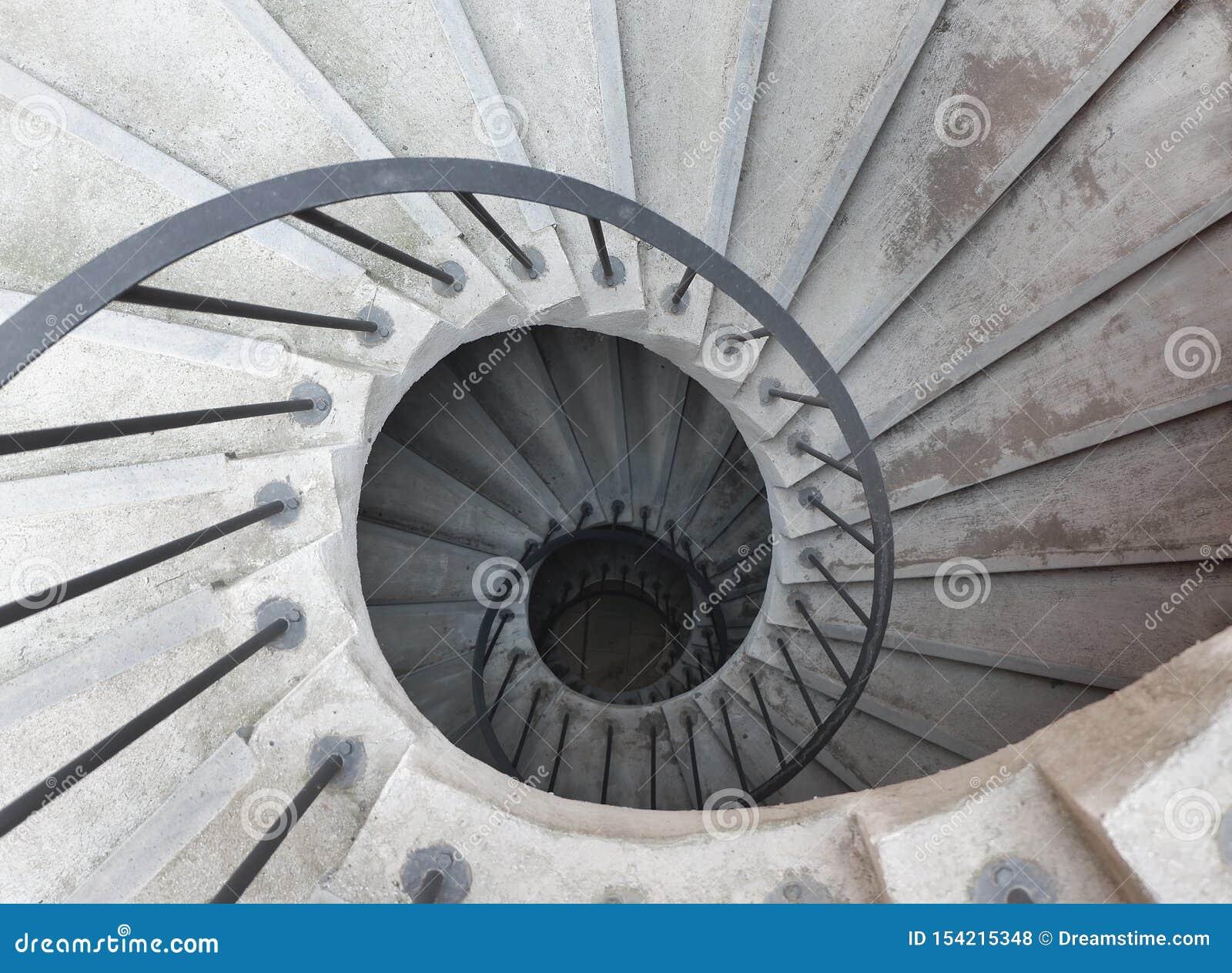螺旋形楼梯在意大利修道院里,看法从上面 卡塔尼亚,西西里岛