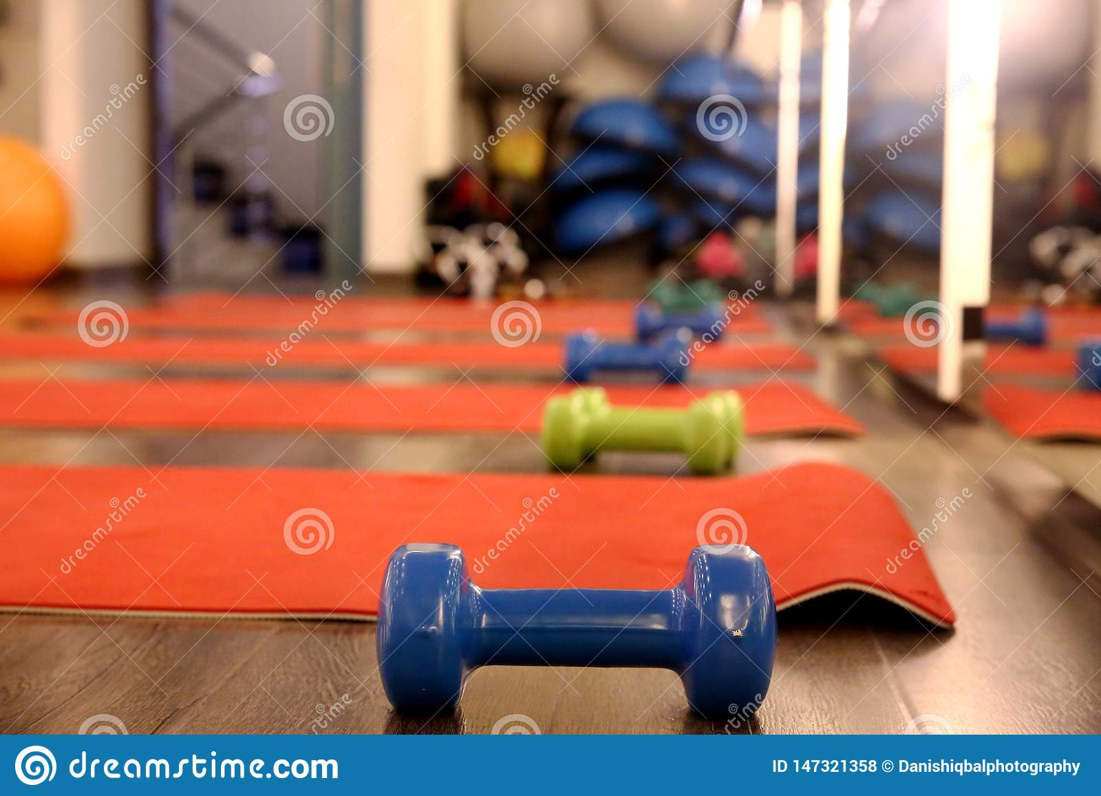行使席子和哑铃在健身房