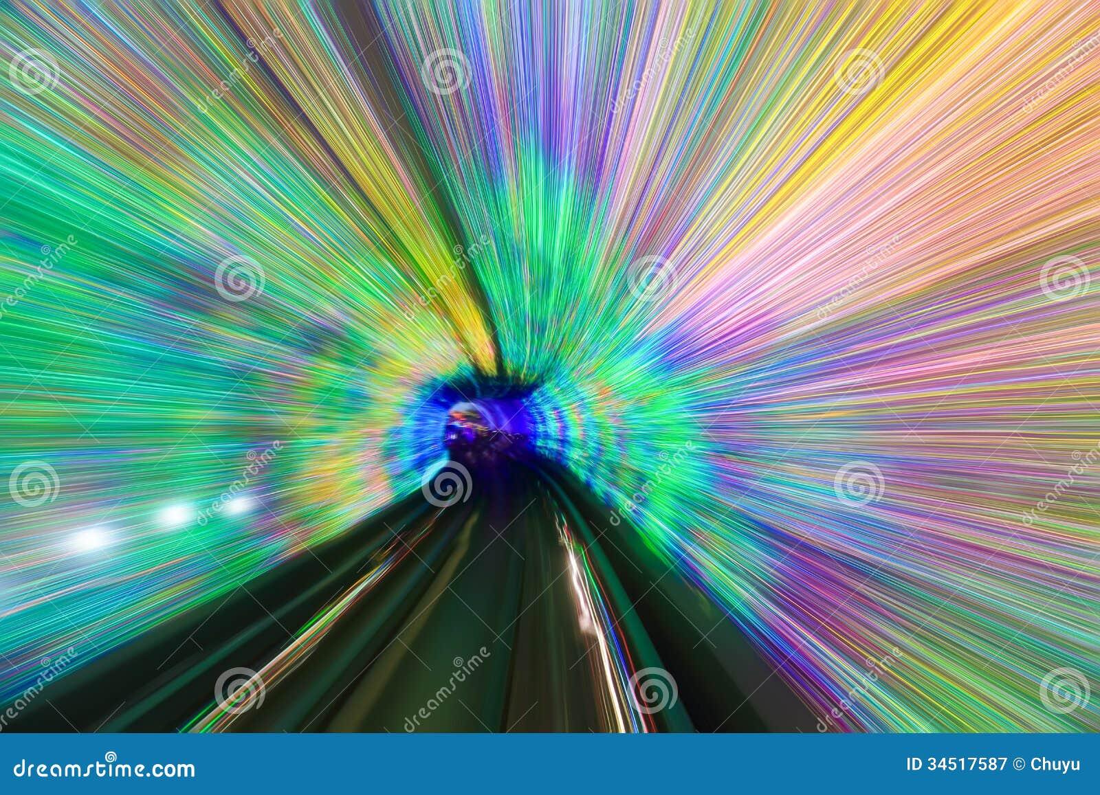 行动在五颜六色的隧道斋戒