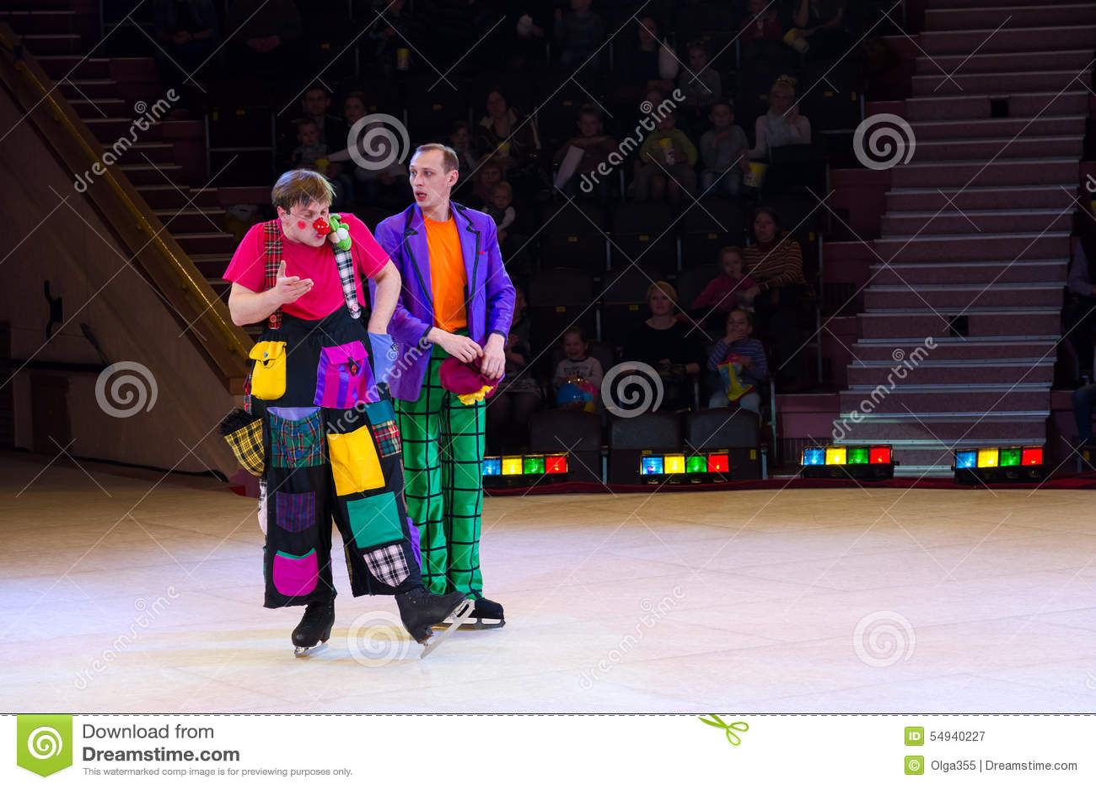 行动小丑小组在冰的莫斯科马戏在游览中