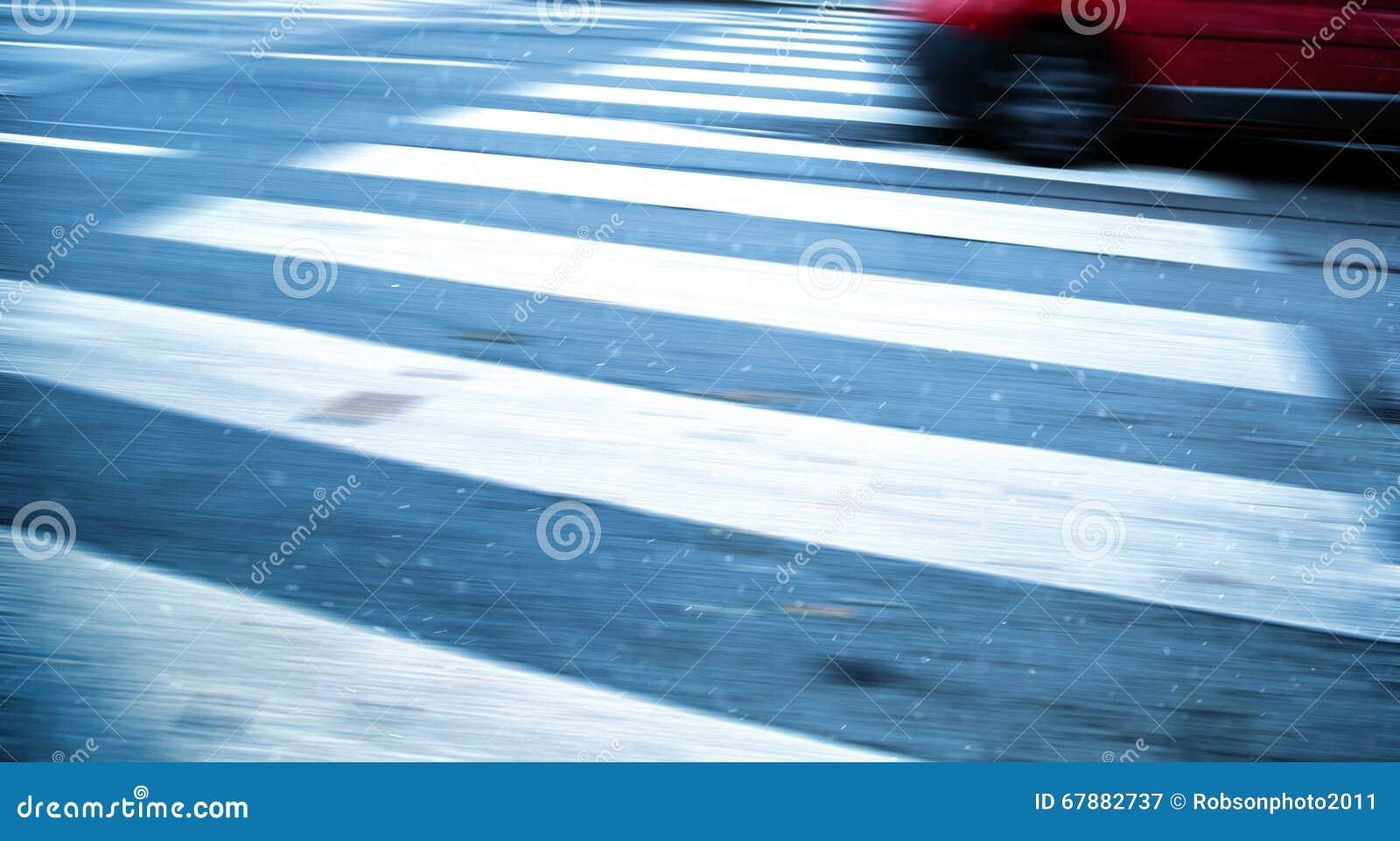 行动横跨行人交叉路的被弄脏的车奔跑