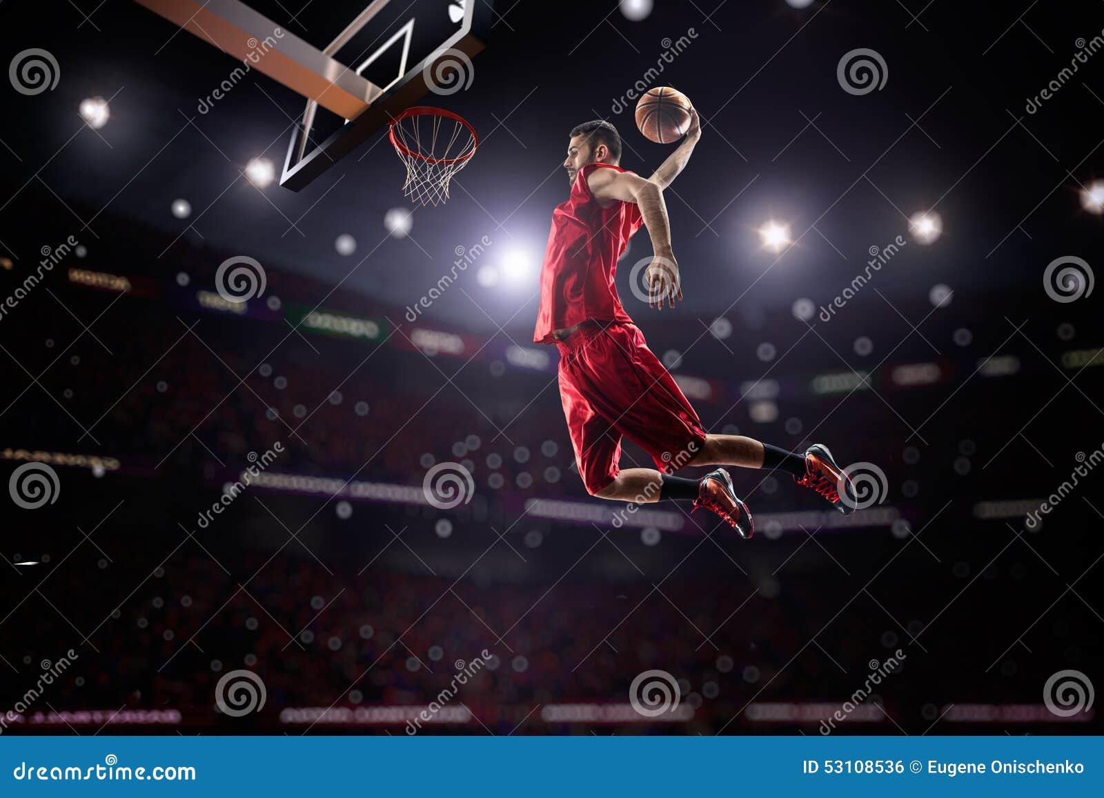 行动的红色蓝球运动员