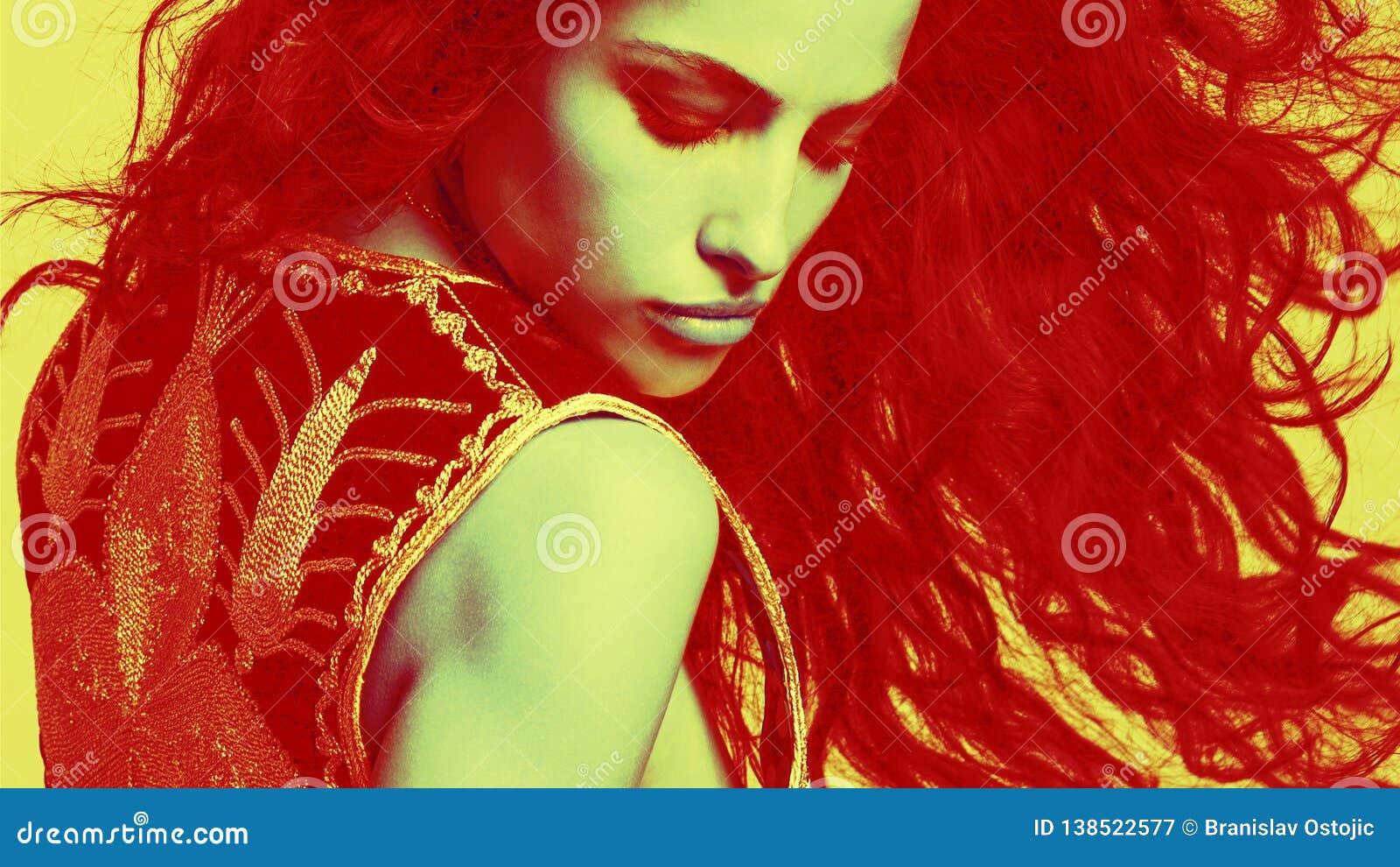 行动的肉欲的年轻女人与与纹理和颜色混合的长发画象