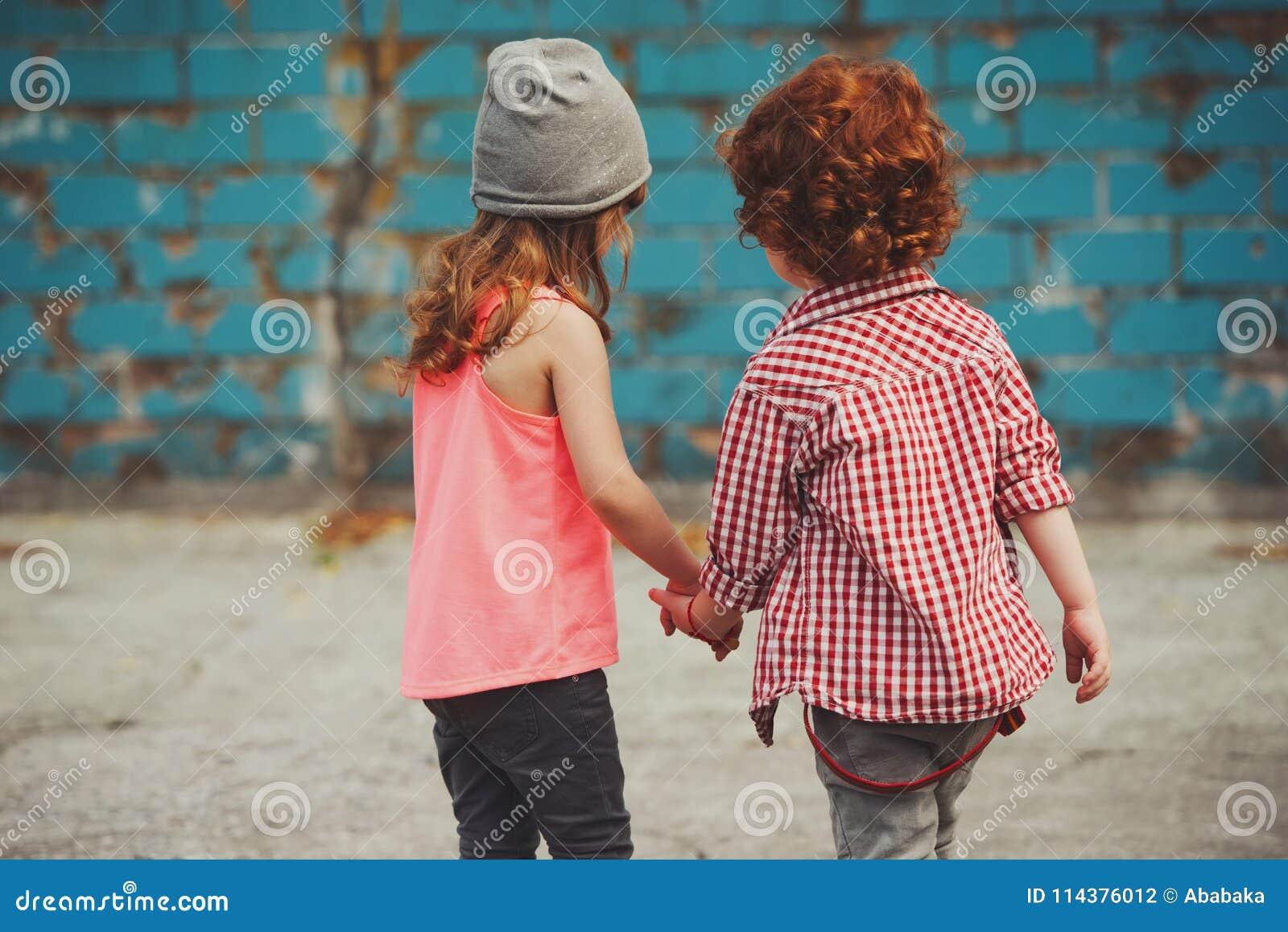 行家男孩和女孩在公园