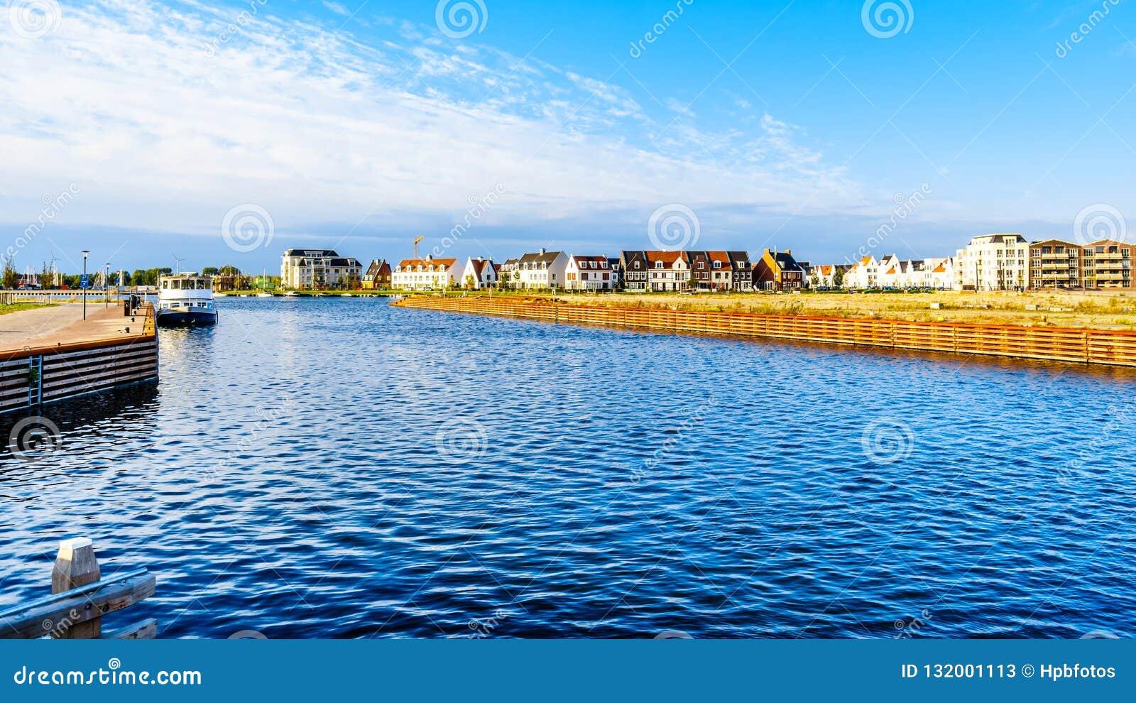 行格住宅和公寓在历史的渔村