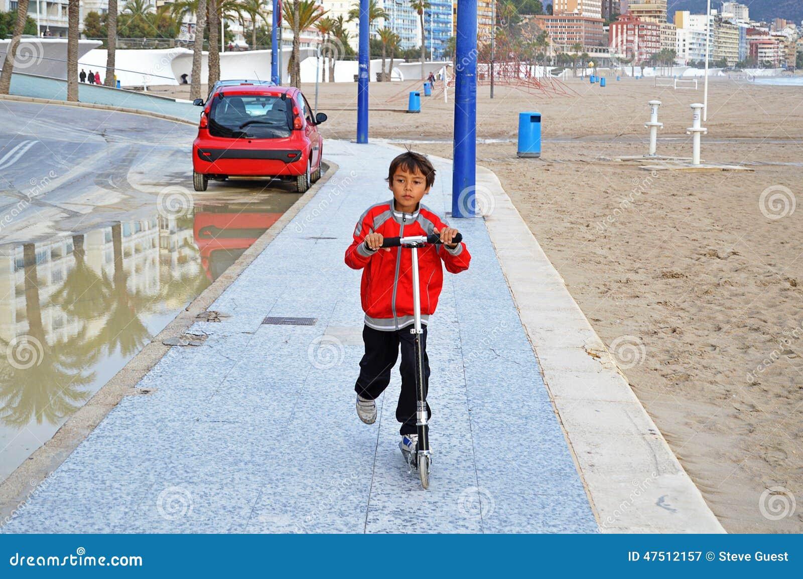 滑行车的男孩