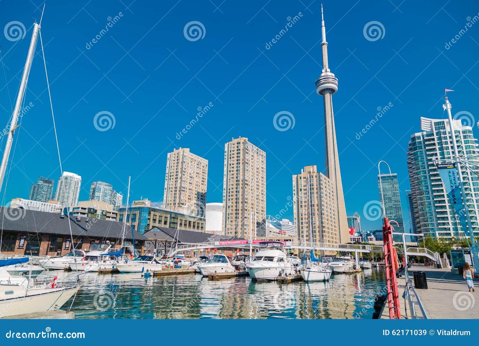 街市多伦多江边美好的风景视图有游艇的在水停放了