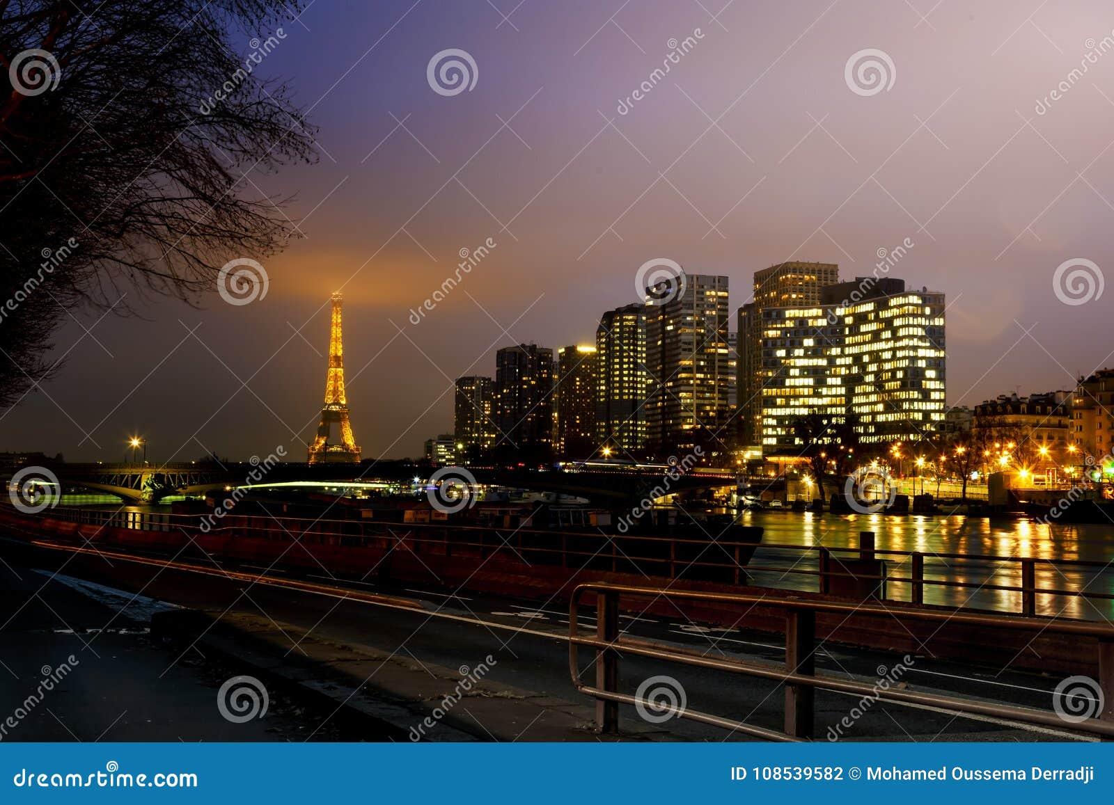 街市巴黎风景看法在晚上