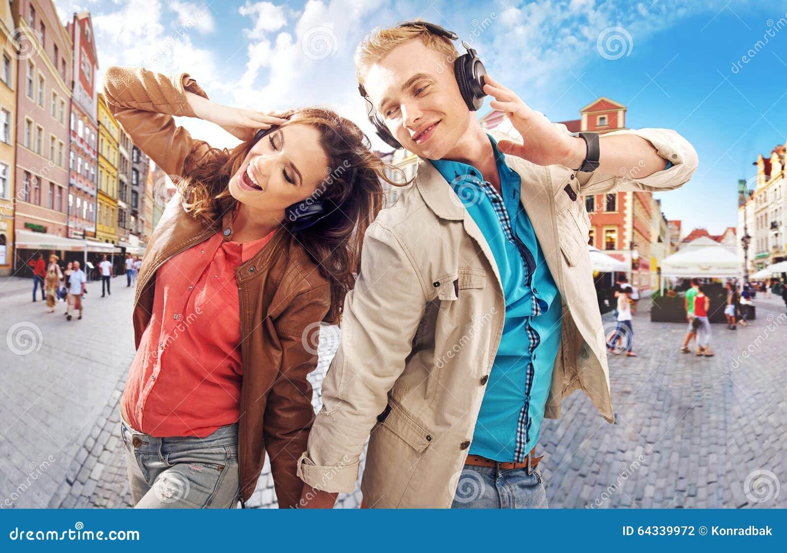 街市快乐的夫妇跳舞