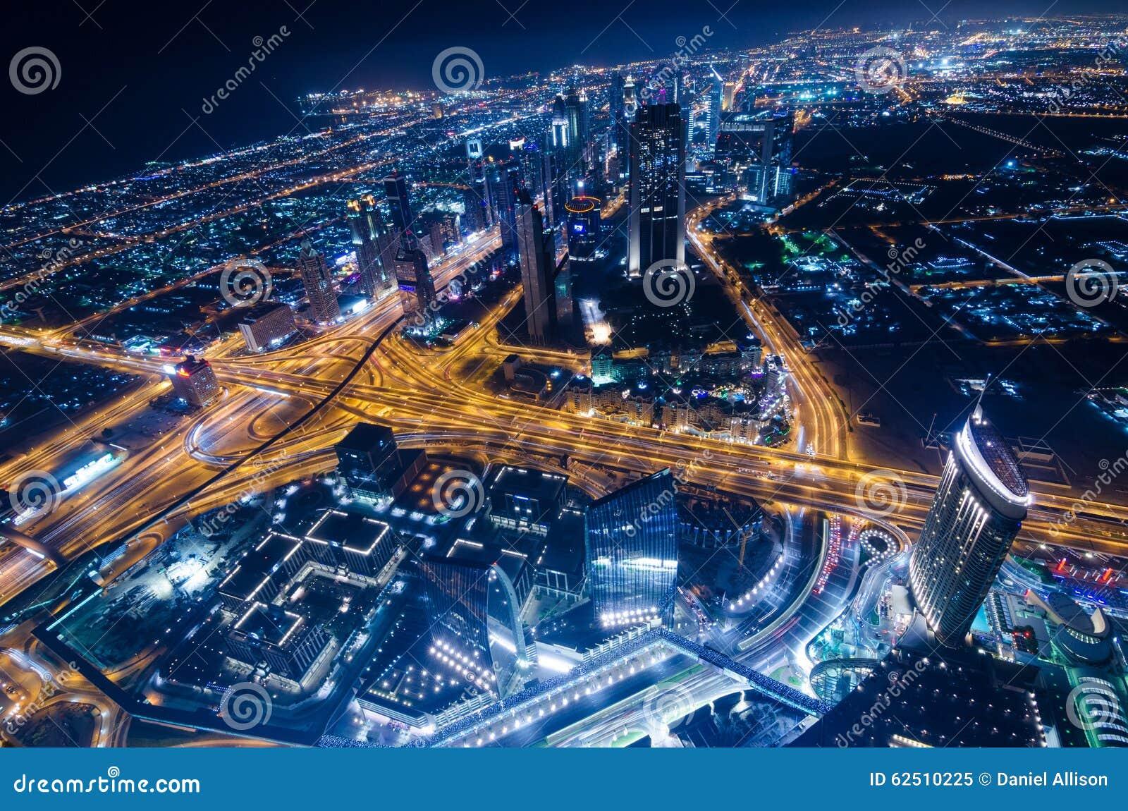 街市迪拜未来派市霓虹灯和回教族长zayed路