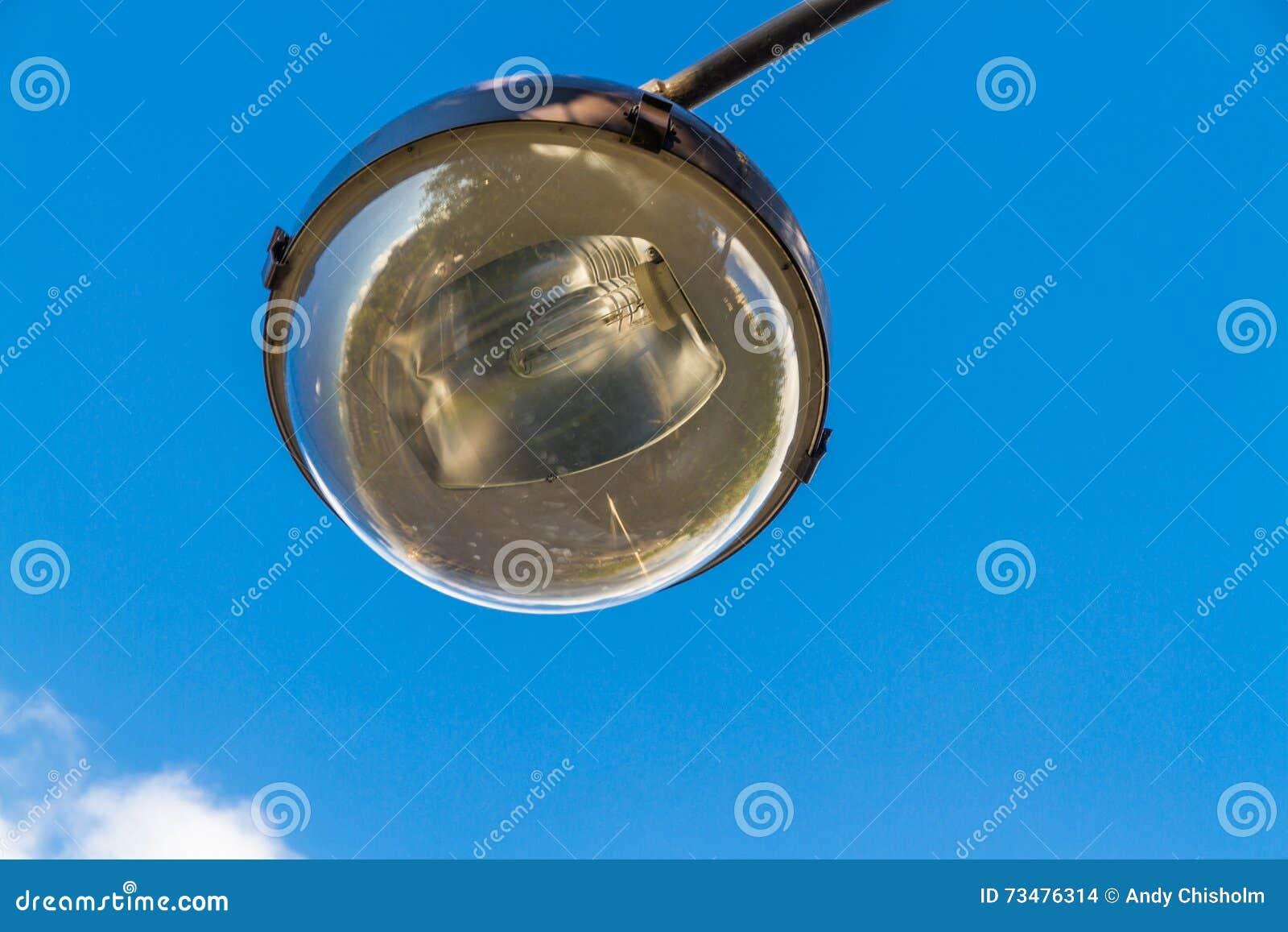 街灯电灯泡和反射器反对天空的
