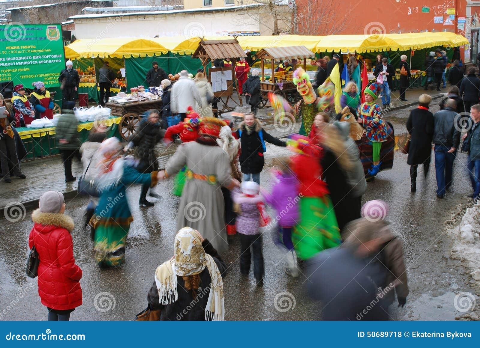 Download 街道演员和普通人在街道上跳舞 编辑类库存照片. 图片 包括有 庆祝, ,并且, 实际, 小丑, 狂欢节, 背包 - 50689718