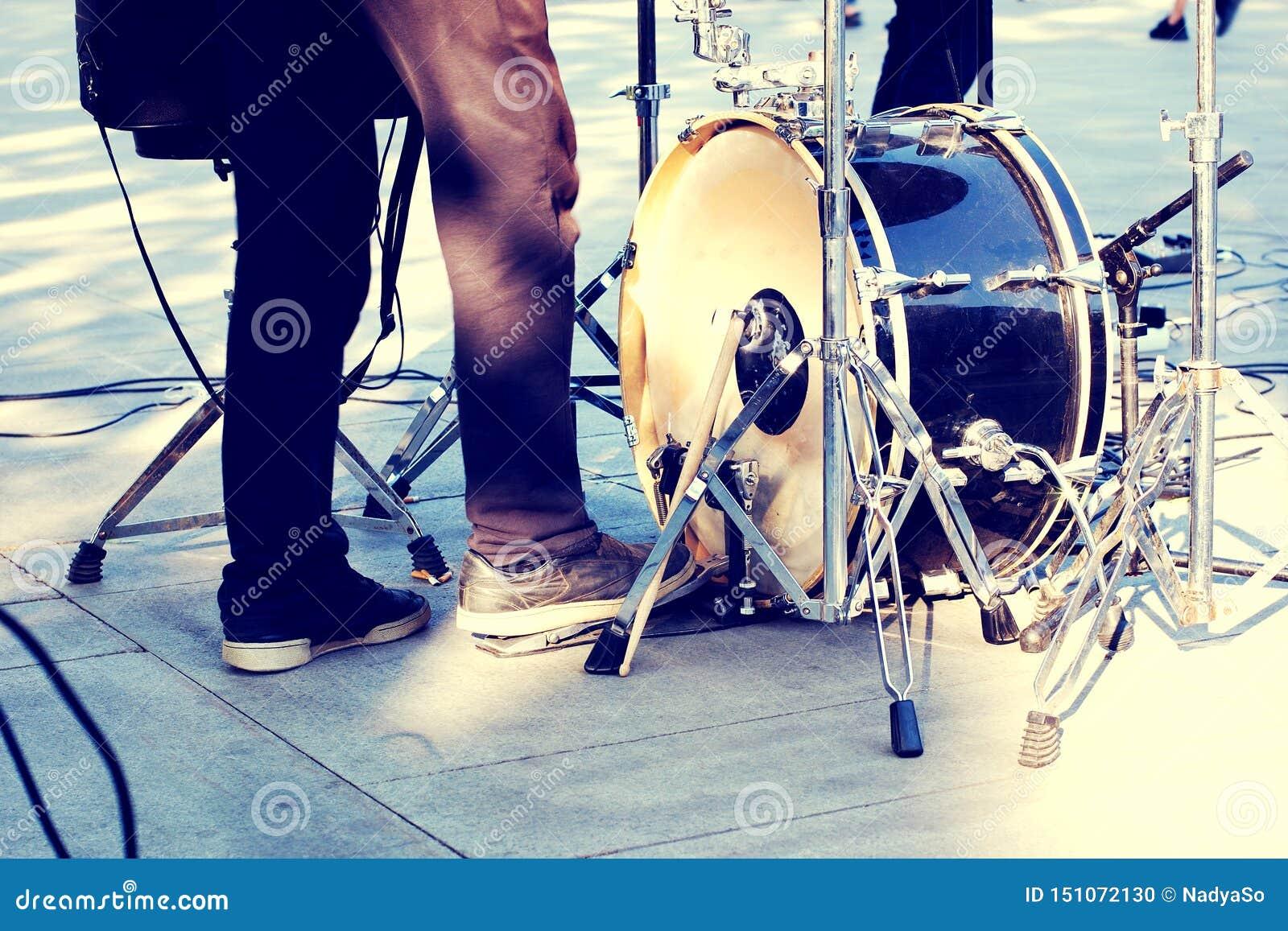 街道音乐家、反撞力鼓和鼓手腿在行动