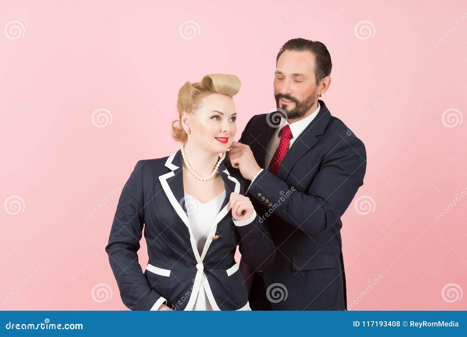 衣服的夫妇经理 穿戴在女孩脖子perls的上司 人做了礼物给女商人 男人和妇女蓝色衣服的