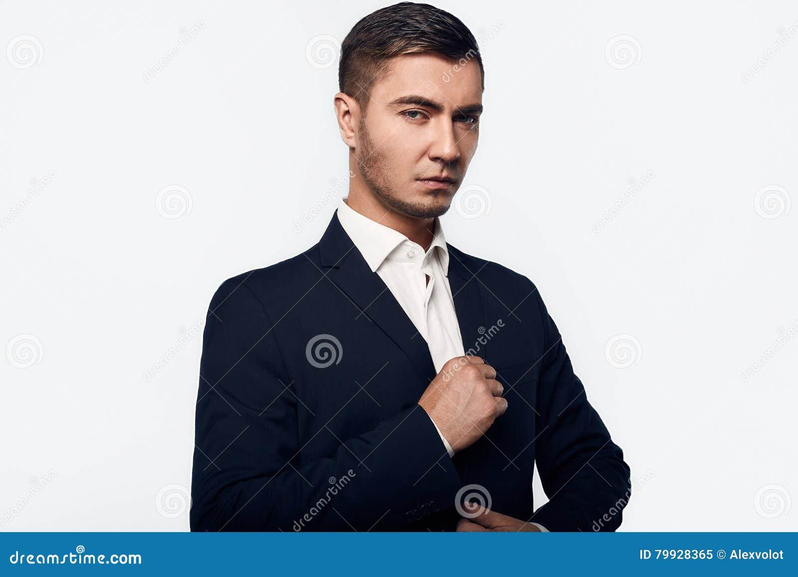 衣服的年轻英俊的商人