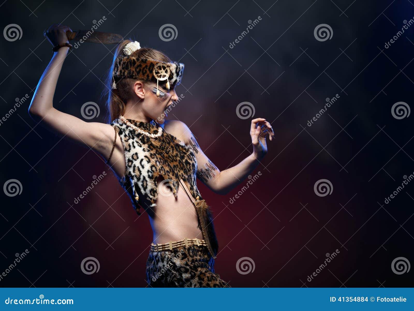 衣裳的亚马逊女孩有一把刀子的在他的手上