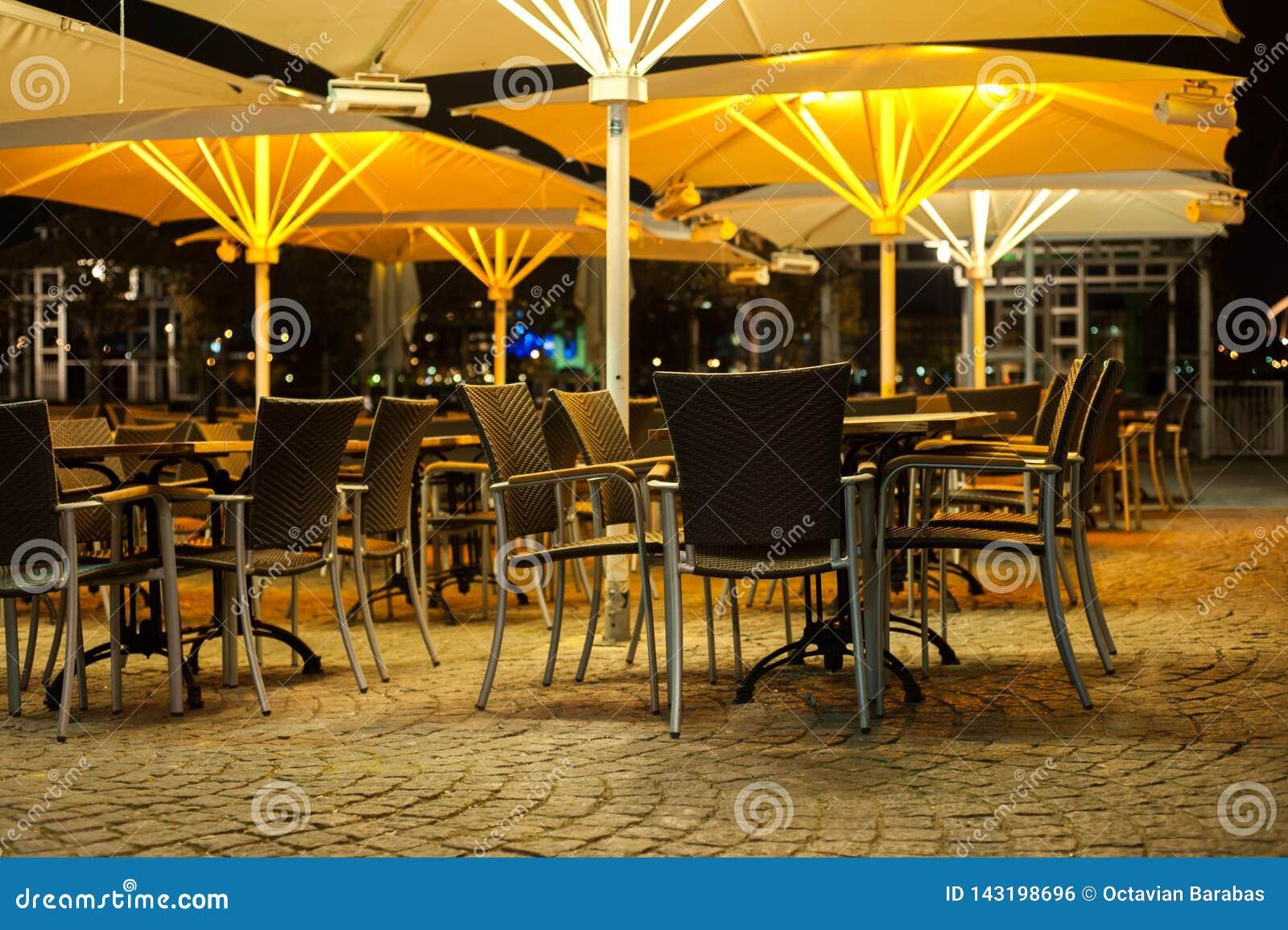 表和椅子一家餐馆外在晚上