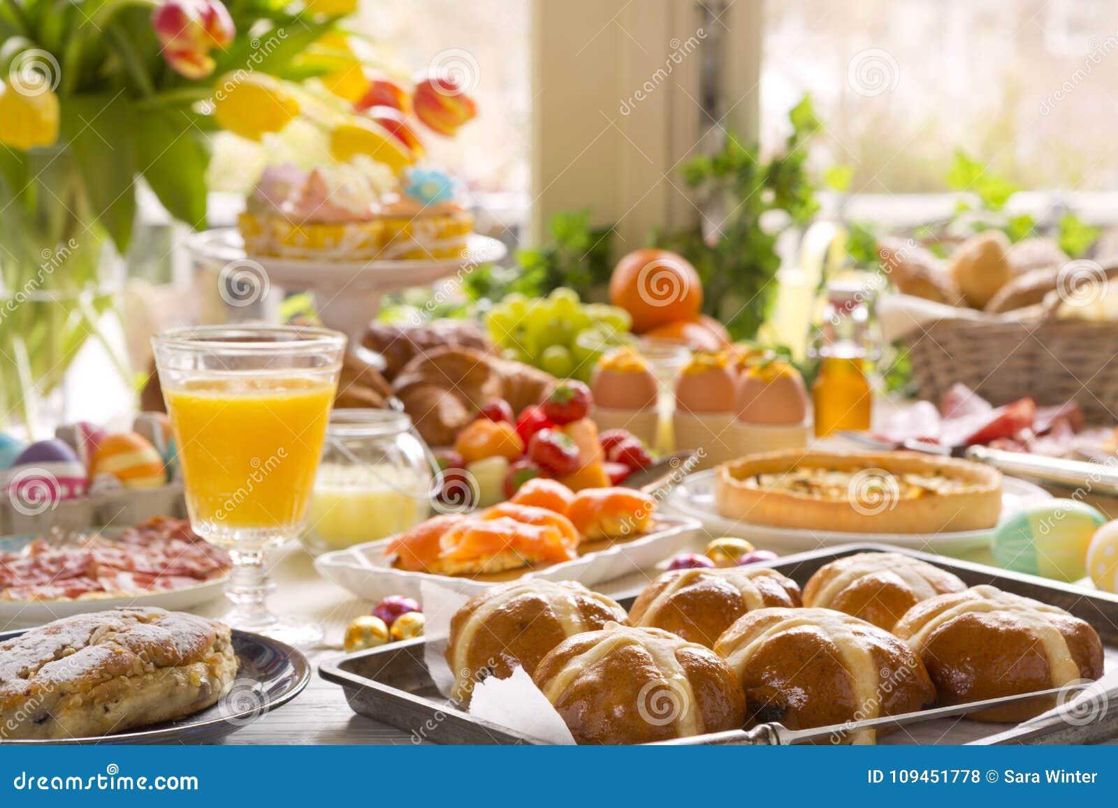 表用熟食准备好复活节早午餐