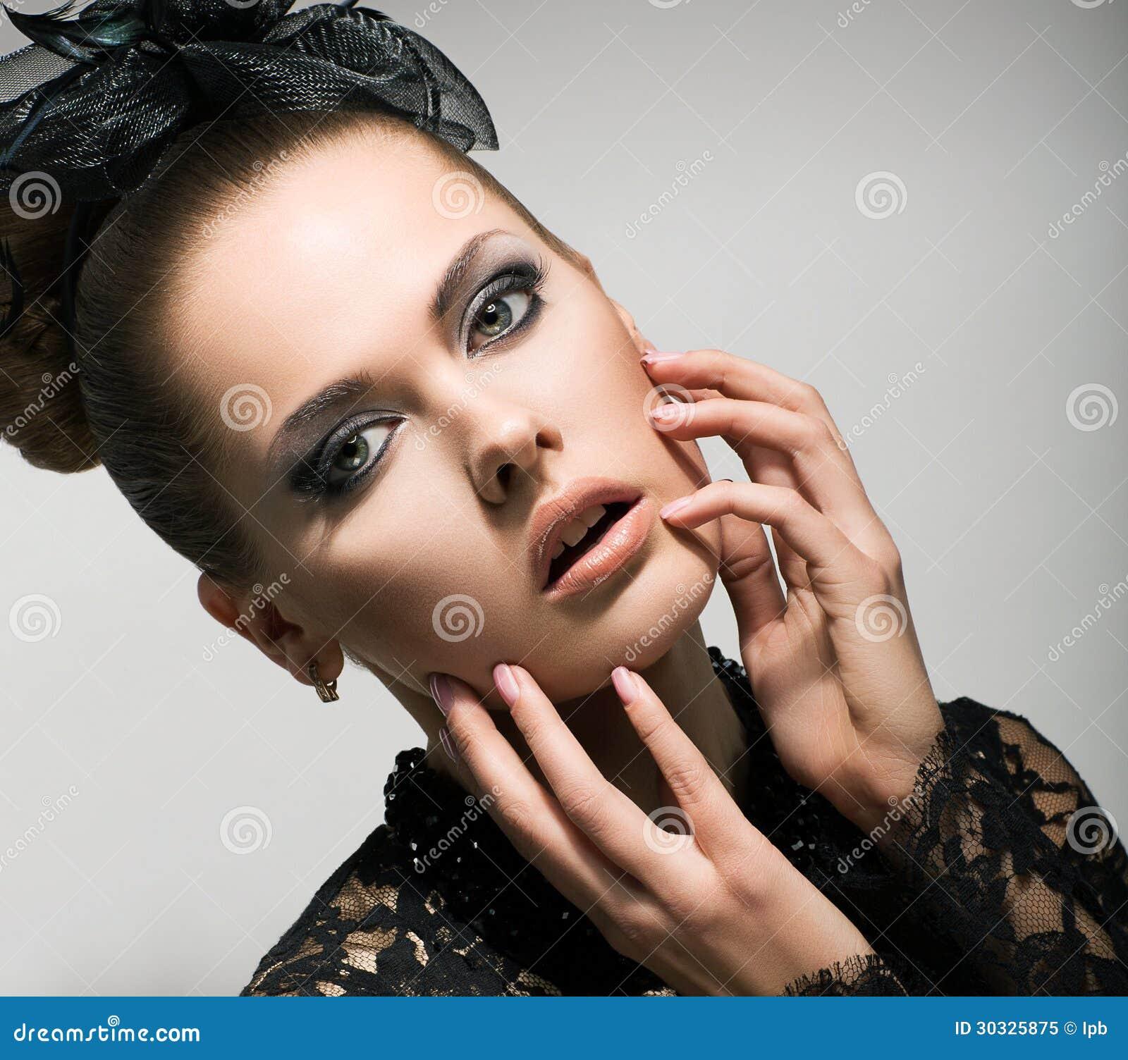 表示。惊讶。可爱的惊奇的妇女的面孔。情感