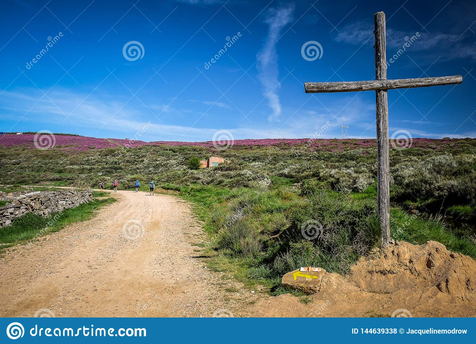 表示在卡米诺弗朗西丝道路的十字架方式对圣地亚哥-德孔波斯特拉