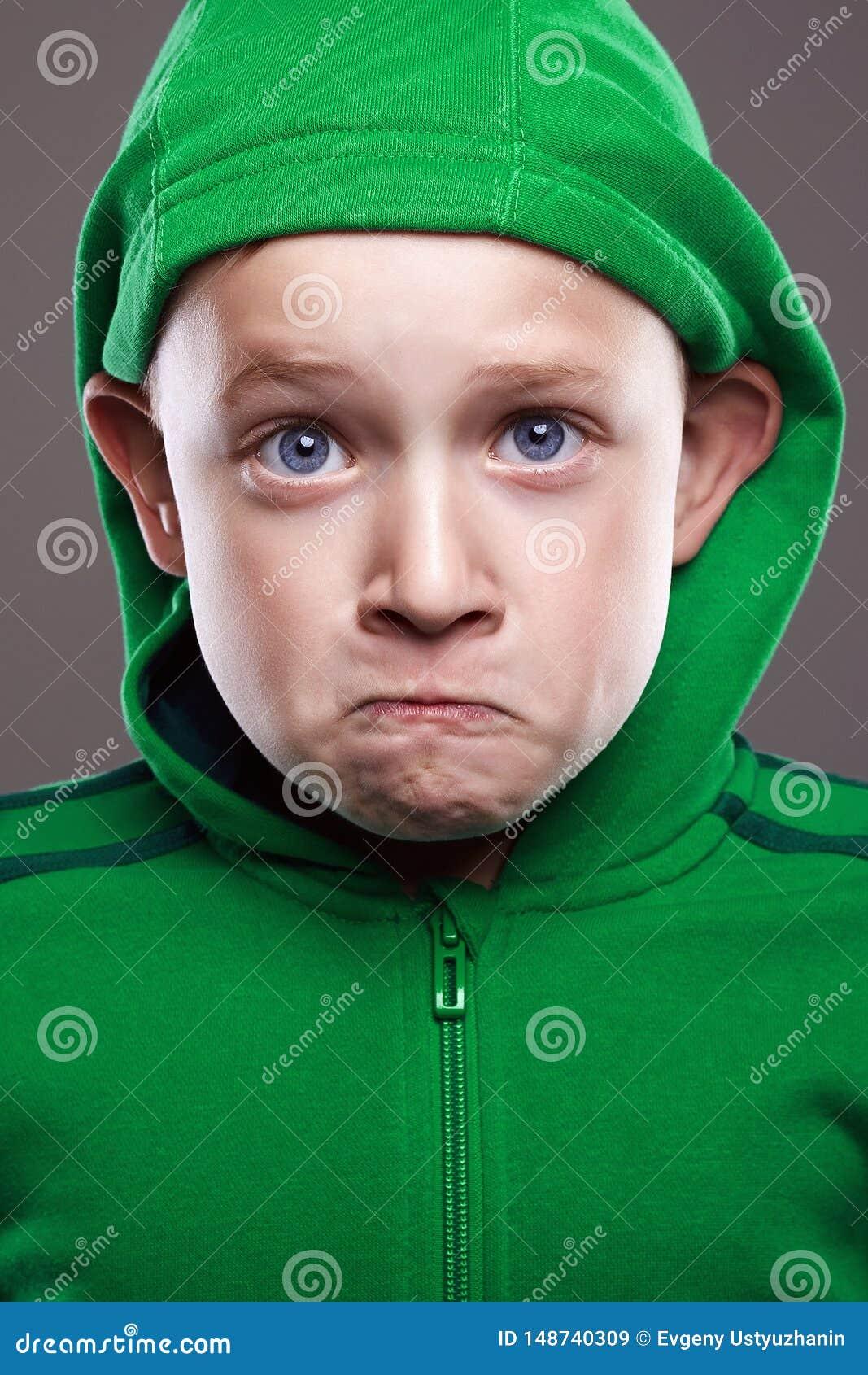表示小男孩 享用鬼脸情感孩子